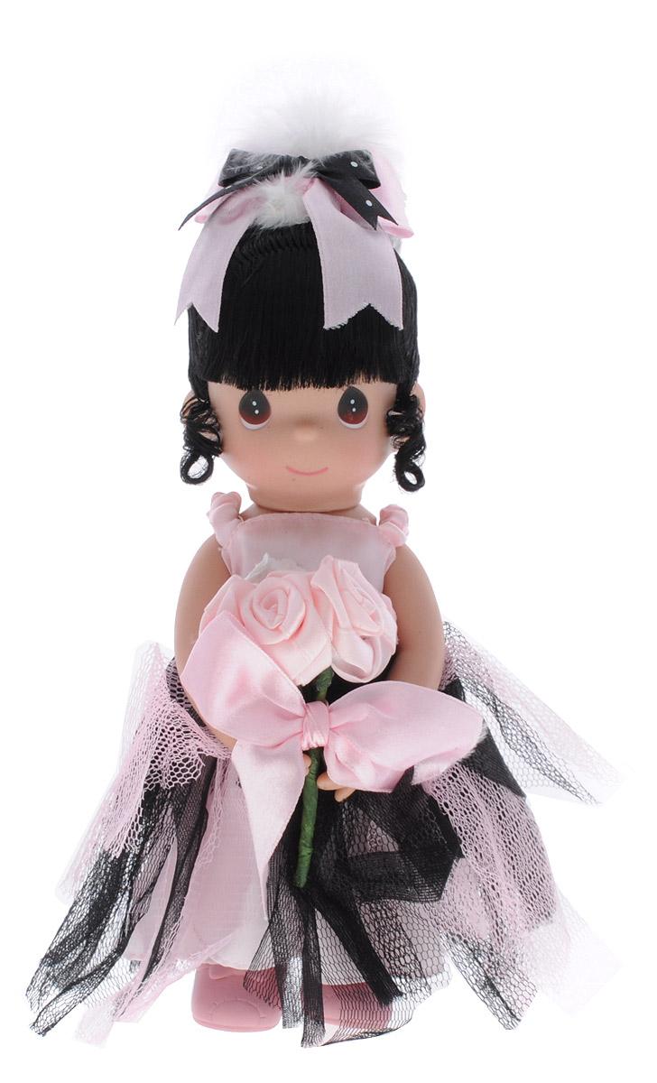 Precious Moments Кукла Краса балета брюнетка3499Коллекция кукол Precious Moments насчитывает на сегодняшний день более 600 видов. Куклы изготавливаются из качественного, безопасного материала и имеют пять базовых точек артикуляции. Каждый год в коллекцию добавляются все новые и новые модели. Каждая кукла имеет свой неповторимый образ и характер. Она может быть подарком на память о каком-либо событии в жизни. Куклы выполнены с любовью и нежностью, которую дарит нам известная волшебница - создатель кукол Линда Рик! Коллекционная кукла Краса балета с темными волосами одета в элегантное светло-розовое платье, украшенное текстильной розочкой. Юбка декорирована полосками сетчатой ткани светло-розового и черного цветов. У куклы милое личико с большими карими глазами. На голове - атласный бантик с перьями. В руках кукла держит большой букет текстильных цветов с бантом. Вся одежда съемная. Вашей дочурке непременно понравится расчесывать волосы куклы, придумывая различные прически. Кукла научит ребенка взаимодействовать с...