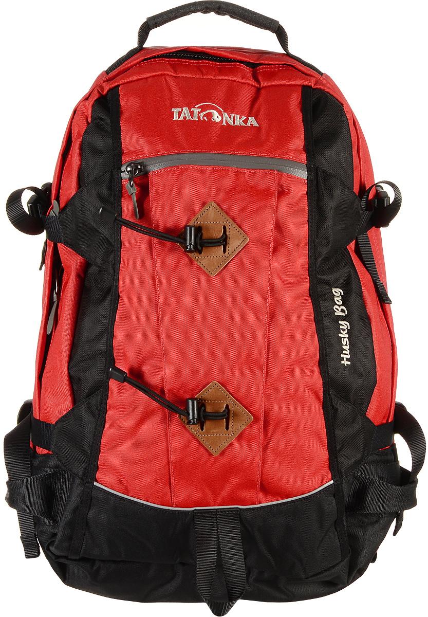 Городской рюкзак Tatonka Husky Bag с чехлом от дождя, цвет: красный, 28 л. 1580.0151580.015Рюкзак Tatonka Husky Bag, изготовленный из высококачественного материала, имеет идеальные пропорции и богатое техническое оснащение, позволяющие использовать его как горный, трекинговый или городской. Изделие имеет одно главное отделение, внутри которого имеются два кармана. Один карман оснащен держателем для ключей, второй карман на резинке. Рюкзак имеет мягкие регулируемые плечевые лямки и мягкий набедренный пояс с карманами на молнии. С помощью регулируемого нагрудного ремня рюкзак прочно будет прилегать к спине, а боковые стяжки утянут ваш рюкзак до нужного размера. Внешний карман имеет водонепроницаемую молнию. Специальная петля внизу рюкзака предназначена для палок или ледоруба. В комплекте - дождевой чехол яркого цвета. Материал: Textreme 6.6, ХексоТокс, СликТекс. Объем 28 л. Вес: 1,85 кг.