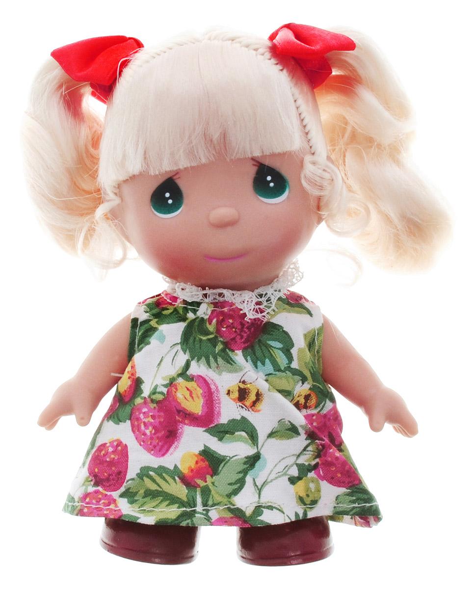 Precious Moments Мини-кукла Ягодка5283Какие же милые эти куколки Precious Moments. Создатель этих очаровательных крошек настоящая волшебница - Линда Рик - оживила свои творения, каждая кукла обрела свой милый и неповторимый образ. Эти крошки могут сопровождать вас в чудесных странствиях и сделать каждый момент вашей жизни незабываемым! Мини-кукла Ягодка одета в платье, украшенное изображением ягод и пчел. На милом личике куклы большие зеленые глаза. У Ягодки светлые волосы, заплетенные в два хвоста и украшенные красными бантиками. Благодаря играм с куклой, ваша малышка сможет развить фантазию и любознательность, овладеть навыками общения и научиться ответственности. Порадуйте свою принцессу таким прекрасным подарком!