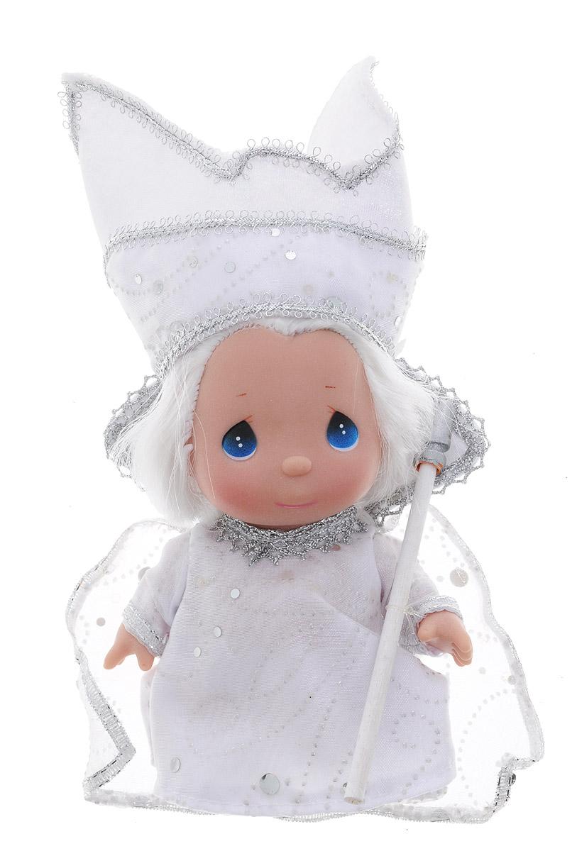 Precious Moments Мини-кукла Снежная королева8411Какие же милые эти куколки Precious Moments. Создатель этих очаровательных крошек настоящая волшебница - Линда Рик - оживила свои творения, каждая кукла обрела свой милый и неповторимый образ. Эти крошки могут сопровождать вас в чудесных странствиях и сделать каждый момент вашей жизни незабываемым! Мини-кукла Снежная королева одета в потрясающий белый наряд, украшенный серебристой тесьмой. У куколки большие синие глаза и белые волосы. Благодаря играм с куклой, ваша малышка сможет развить фантазию и любознательность, овладеть навыками общения и научиться ответственности. Мини-кукла Снежная королева станет отличным подарком для любой девочки на день рождения или другой праздник.