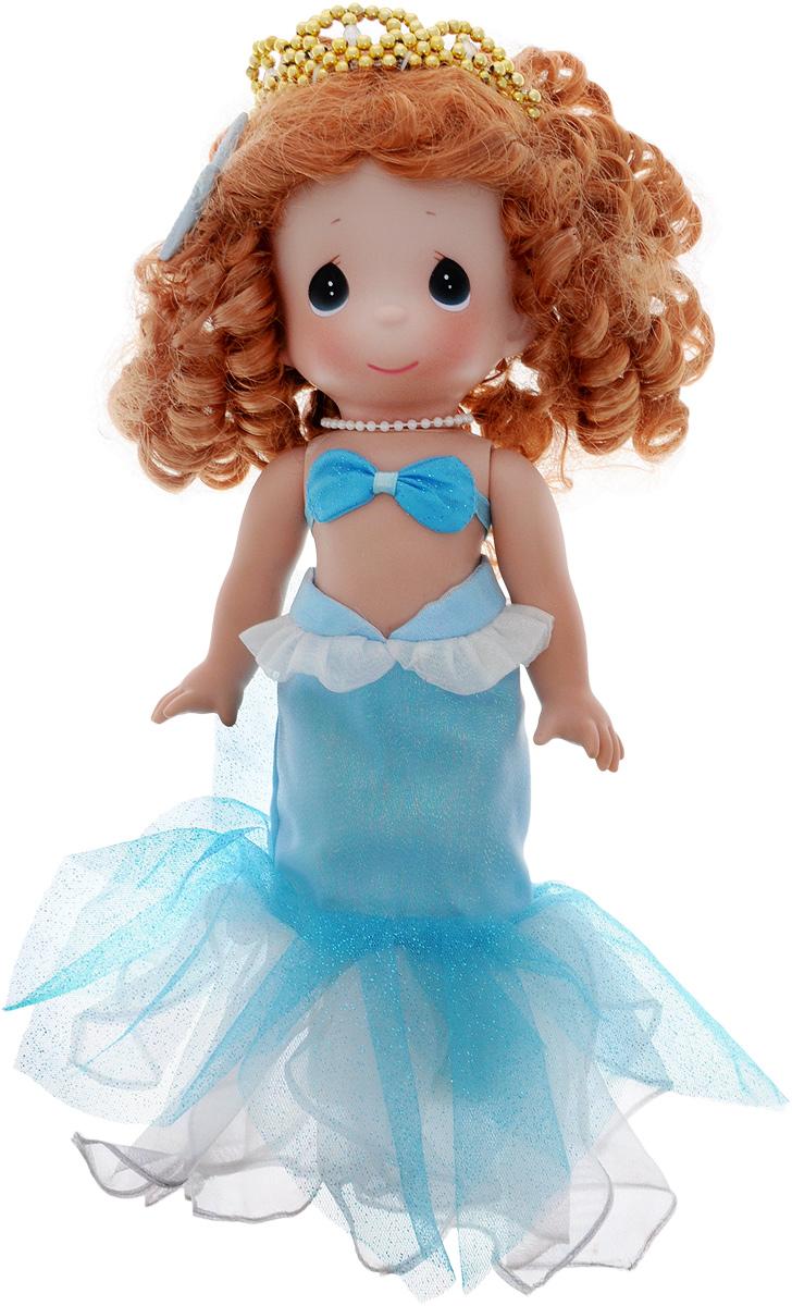 Precious Moments Кукла Русалочка4775Коллекция кукол Precious Moments ростом выше 30 см насчитывает на сегодняшний день более 600 видов. Куклы изготавливаются из качественного, безопасного материала и имеют пять базовых точек артикуляции. Каждый год в коллекцию добавляются все новые и новые модели. Каждая кукла имеет свой неповторимый образ и характер. Она может быть подарком на память о каком-либо событии в жизни. Куклы выполнены с любовью и нежностью, которую дарит нам известная волшебница - создатель кукол Линда Рик! Кукла Русалочка одета в голубой лиф и длинную голубую юбку, украшенную блестками. На ногах - голубые туфельки. У Русалочки длинные рыжие волосы, уложенные локонами. Прическу украшает золотистая диадема и морская звезда. Вся одежда у куклы съемная. Игра с куклой разовьет в вашей малышке чувство ответственности и заботы. Порадуйте свою принцессу таким великолепным подарком!