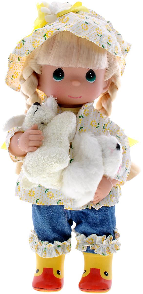 Precious Moments Кукла Прогулка под дождем4563Коллекция кукол Precious Moments ростом выше 30 см насчитывает на сегодняшний день более 600 видов. Куклы изготавливаются из качественного, безопасного материала и имеют пять базовых точек артикуляции. Каждый год в коллекцию добавляются все новые и новые модели. Каждая кукла имеет свой неповторимый образ и характер. Она может быть подарком на память о каком-либо событии в жизни. Куклы выполнены с любовью и нежностью, которую дарит нам известная волшебница - создатель кукол Линда Рик! Кукла Прогулка под дождем одета в синие штаны, сапожки, куртку-дождевик и шляпку. У куклы светлые волосы, заплетенные в две косички, и большие зеленые глаза. В руках девочка держит две мягкие игрушки. Игра с куклой разовьет в вашей малышке чувство ответственности и заботы. Порадуйте свою принцессу таким великолепным подарком!