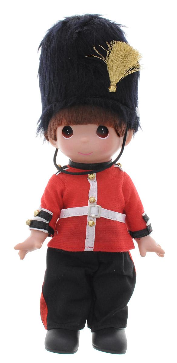 Precious Moments Кукла Джек Англия3432Коллекция кукол Precious Moments насчитывает на сегодняшний день более 600 видов. Куклы изготавливаются из качественного, безопасного материала и имеют пять базовых точек артикуляции. Каждый год в коллекцию добавляются все новые и новые модели. Каждая кукла имеет свой неповторимый образ и характер. Она может быть подарком на память о каком-либо событии в жизни. Куклы выполнены с любовью и нежностью, которую дарит нам известная волшебница - создатель кукол Линда Рик! Коллекционная кукла Джек (Англия) с темными волосами выполнена в виде мальчика, одетого в форму британского королевского гвардейца: красную рубаху с золотистыми пуговицами, черные брюки. На голове - знаменитая медвежья шапка королевских гвардейцев. У куклы милое личико с большими карими глазами. Вся одежда съемная. Кукла научит ребенка взаимодействовать с окружающими, а также поспособствует развитию воображения, логики и тактильного восприятия. Кукла станет отличным подарком для девочки, а также ценным...