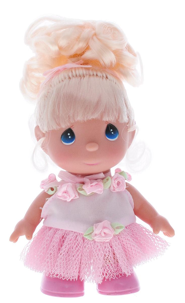 Precious Moments Мини-кукла Балерина блондинка5286Какие же милые эти куколки Precious Moments. Создатель этих очаровательных крошек настоящая волшебница - Линда Рик - оживила свои творения, каждая кукла обрела свой милый и неповторимый образ. Эти крошки могут сопровождать вас в чудесных странствиях и сделать каждый момент вашей жизни незабываемым! Мини-кукла Балерина одета в розовое платье. Светлые волосы куколки убраны в хвост. Прическу дополняет розовая ленточка. У девочки большие синие глаза. Благодаря играм с куклой, ваша малышка сможет развить фантазию и любознательность, овладеть навыками общения и научиться ответственности. Порадуйте свою принцессу таким прекрасным подарком!