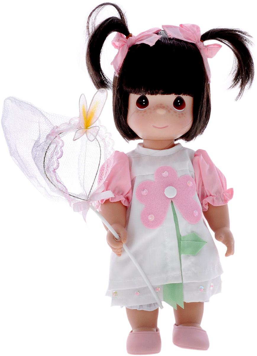 Precious Moments Кукла Поцелуй бабочки для тебя брюнетка4590Коллекция кукол Precious Moments ростом выше 30 см насчитывает на сегодняшний день более 600 видов. Куклы изготавливаются из качественного, безопасного материала и имеют пять базовых точек артикуляции. Каждый год в коллекцию добавляются все новые и новые модели. Каждая кукла имеет свой неповторимый образ и характер. Она может быть подарком на память о каком- либо событии в жизни. Куклы выполнены с любовью и нежностью, которую дарит нам известная волшебница - создатель кукол Линда Рик! Кукла Поцелуй бабочки для тебя одета в бело-розовое платье, украшенное декоративными элементами. Под платьем надеты белые панталоны, на ногах куклы - розовые туфельки. Вся одежда у куклы съемная. Темные волосы собраны в два хвостика и украшены бантиками. В набор с куклой входит сачок для бабочек. На милом личике куклы большие карие глаза. Игры с куклой способствуют эмоциональному развитию ребенка, а также помогают формировать воображение и художественный вкус. ...