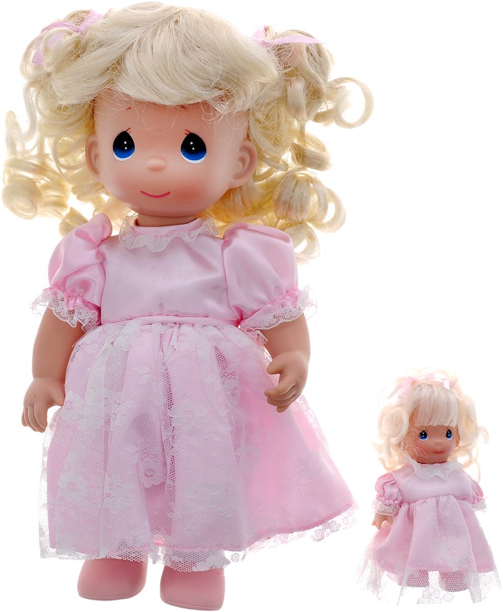Precious Moments Кукла Такая же как я блондинка4611Коллекция кукол Precious Moments ростом выше 30 см насчитывает на сегодняшний день более 600 видов. Куклы изготавливаются из качественного, безопасного материала и имеют пять базовых точек артикуляции. Каждый год в коллекцию добавляются все новые и новые модели. Каждая кукла имеет свой неповторимый образ и характер. Она может быть подарком на память о каком-либо событии в жизни. Куклы выполнены с любовью и нежностью, которую дарит нам известная волшебница - создатель кукол Линда Рик! Коллекционная кукла Такая же, как я с темными волосами одета в атласное платье светло-зеленого цвета, украшенное кружевом. У куклы милое личико с большими карими глазами. Вся одежда съемная. В комплекте с куклой идет ее игрушка - маленькая куколка, одетая так же, как она. Вашей дочурке непременно понравится расчесывать волосы куклы, придумывая различные прически. Кукла научит ребенка взаимодействовать с окружающими, а также поспособствует развитию воображения, логики и тактильного...