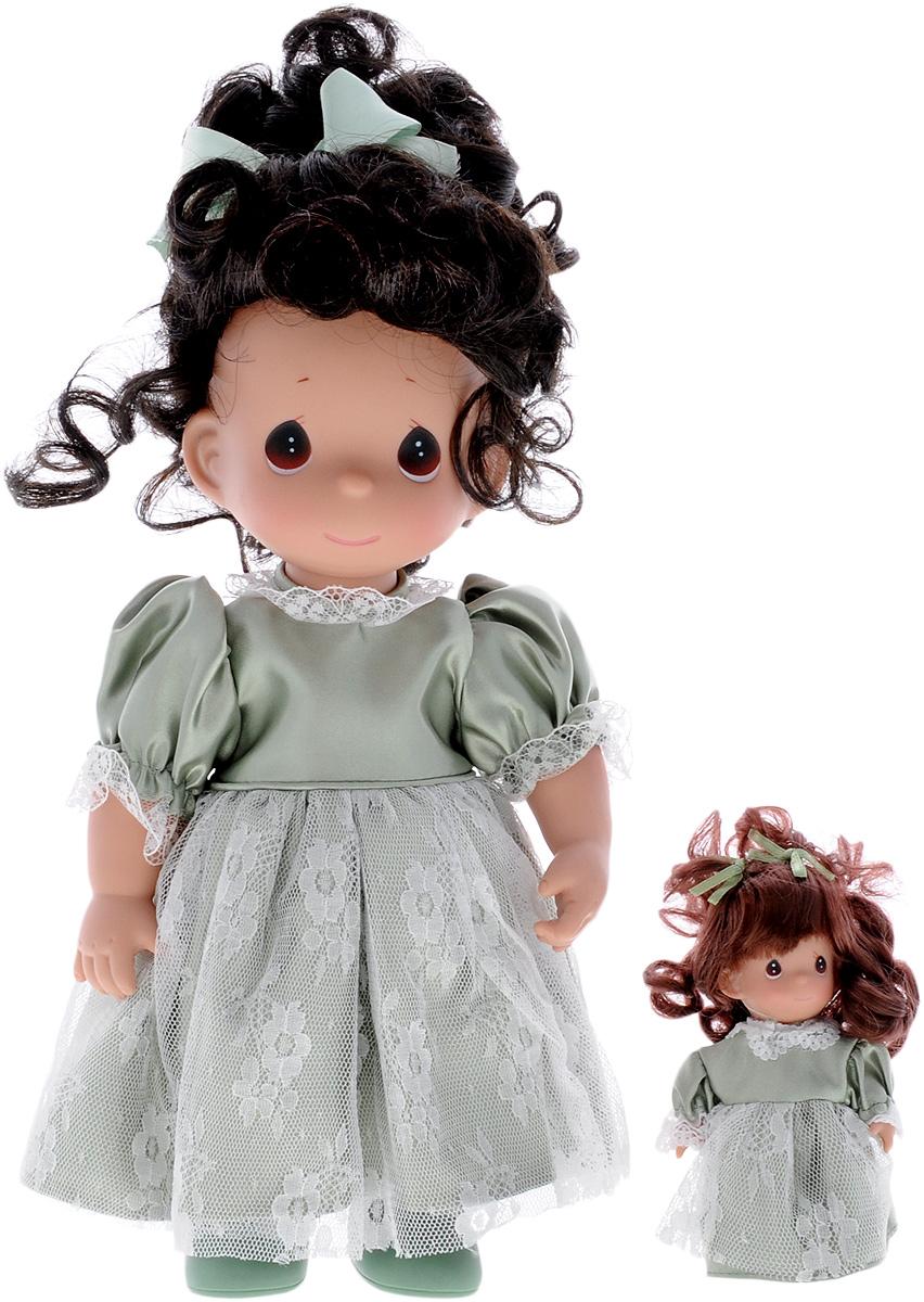 Precious Moments Кукла Такая же как я брюнетка4612Коллекция кукол Precious Moments ростом выше 30 см насчитывает на сегодняшний день более 600 видов. Куклы изготавливаются из качественного, безопасного материала и имеют пять базовых точек артикуляции. Каждый год в коллекцию добавляются все новые и новые модели. Каждая кукла имеет свой неповторимый образ и характер. Она может быть подарком на память о каком-либо событии в жизни. Куклы выполнены с любовью и нежностью, которую дарит нам известная волшебница - создатель кукол Линда Рик! Коллекционная кукла Такая же, как я с темными волосами одета в атласное платье светло-зеленого цвета, украшенное кружевом. У куклы милое личико с большими карими глазами. Вся одежда съемная. В комплекте с куклой идет ее игрушка - маленькая куколка, одетая так же, как она. Вашей дочурке непременно понравится расчесывать волосы куклы, придумывая различные прически. Кукла научит ребенка взаимодействовать с окружающими, а также поспособствует развитию воображения, логики и тактильного...