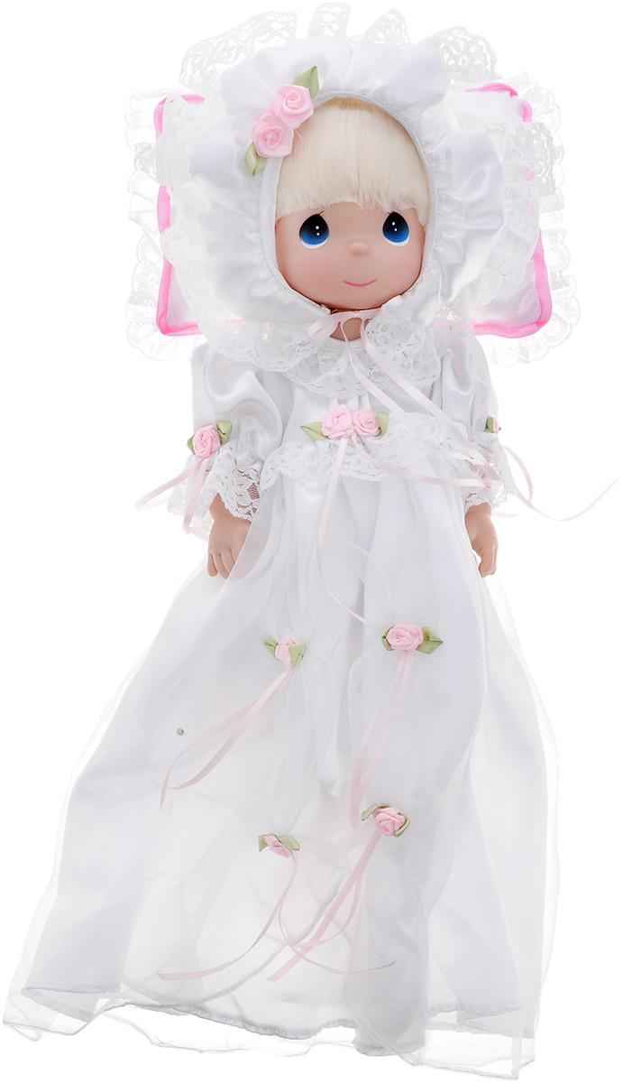 Precious Moments Кукла Крестины4720Коллекция кукол Precious Moments ростом выше 30 см насчитывает на сегодняшний день более 600 видов. Куклы изготавливаются из качественного, безопасного материала и имеют пять базовых точек артикуляции. Каждый год в коллекцию добавляются все новые и новые модели. Каждая кукла имеет свой неповторимый образ и характер. Она может быть подарком на память о каком-либо событии в жизни. Куклы выполнены с любовью и нежностью, которую дарит нам известная волшебница - создатель кукол Линда Рик! Коллекционная кукла Крестины со светлыми волосами одета в длинное белоснежное крестильное платье, декорированное розочками и кружевом. На голове - белый атласный чепчик. У куклы милое личико с большими голубыми глазами. Вся одежда съемная. В комплекте с куклой идет атласная подушка с кружевами. Вашей дочурке непременно понравится расчесывать волосы куклы, придумывая различные прически. Кукла научит ребенка взаимодействовать с окружающими, а также поспособствует развитию воображения,...