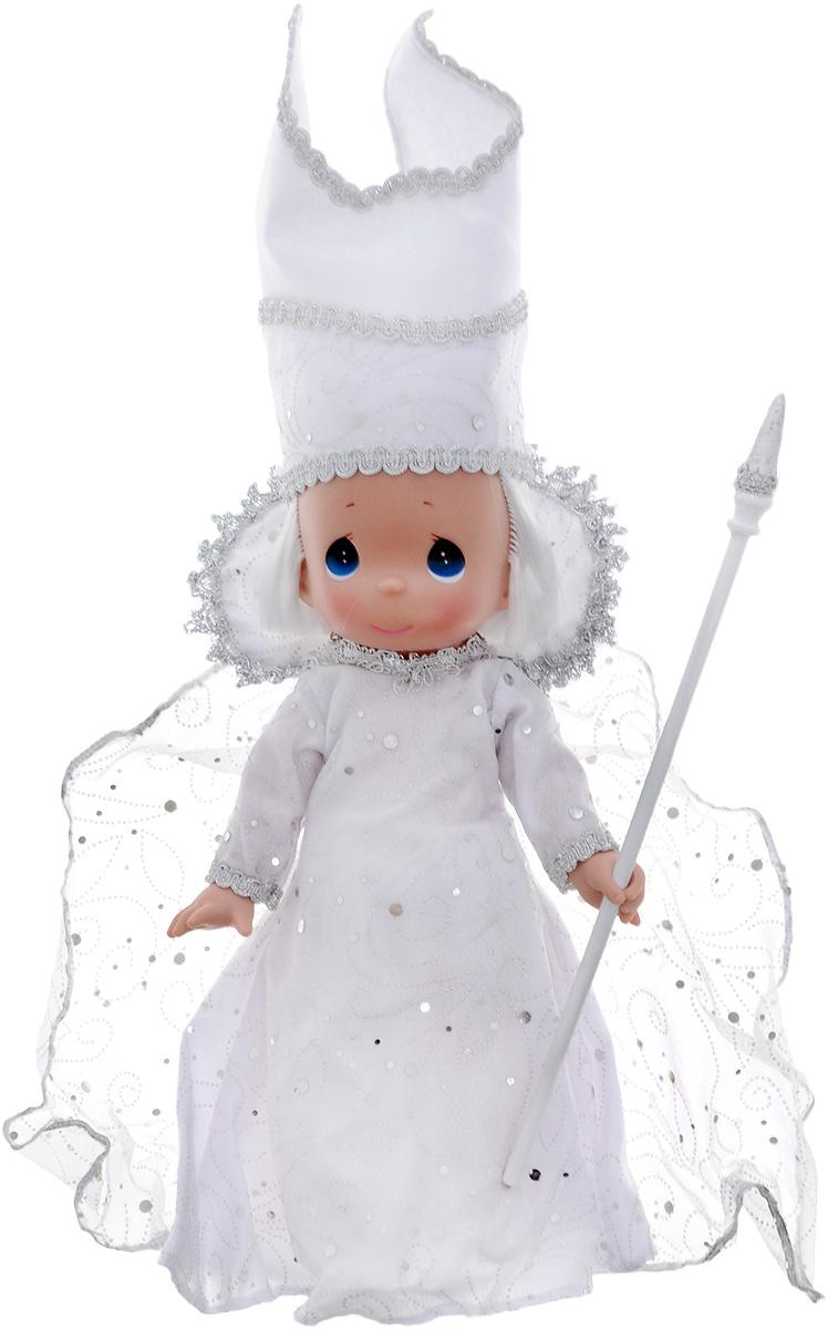 Precious Moments Кукла Снежная королева8410Коллекция кукол Precious Moments ростом выше 30 см насчитывает на сегодняшний день более 600 видов. Куклы изготавливаются из качественного, безопасного материала и имеют пять базовых точек артикуляции. Каждый год в коллекцию добавляются все новые и новые модели. Каждая кукла имеет свой неповторимый образ и характер. Она может быть подарком на память о каком-либо событии в жизни. Куклы выполнены с любовью и нежностью, которую дарит нам известная волшебница - создатель кукол Линда Рик! Коллекционная кукла Снежная королева со светлыми волосами одета в белоснежное платье с королевской мантией. Платье украшено серебристой вышивкой и крупным круглыми блестками. Мантия оторочена серебристым узором, имитирующим снежинки. На голове - высокая белоснежная митра с серебристой прострочкой. У куклы милое личико с большими голубыми глазами. Вся одежда съемная. В комплекте с куклой идет королевский скипетр. Вашей дочурке непременно понравится расчесывать волосы куклы, придумывая...