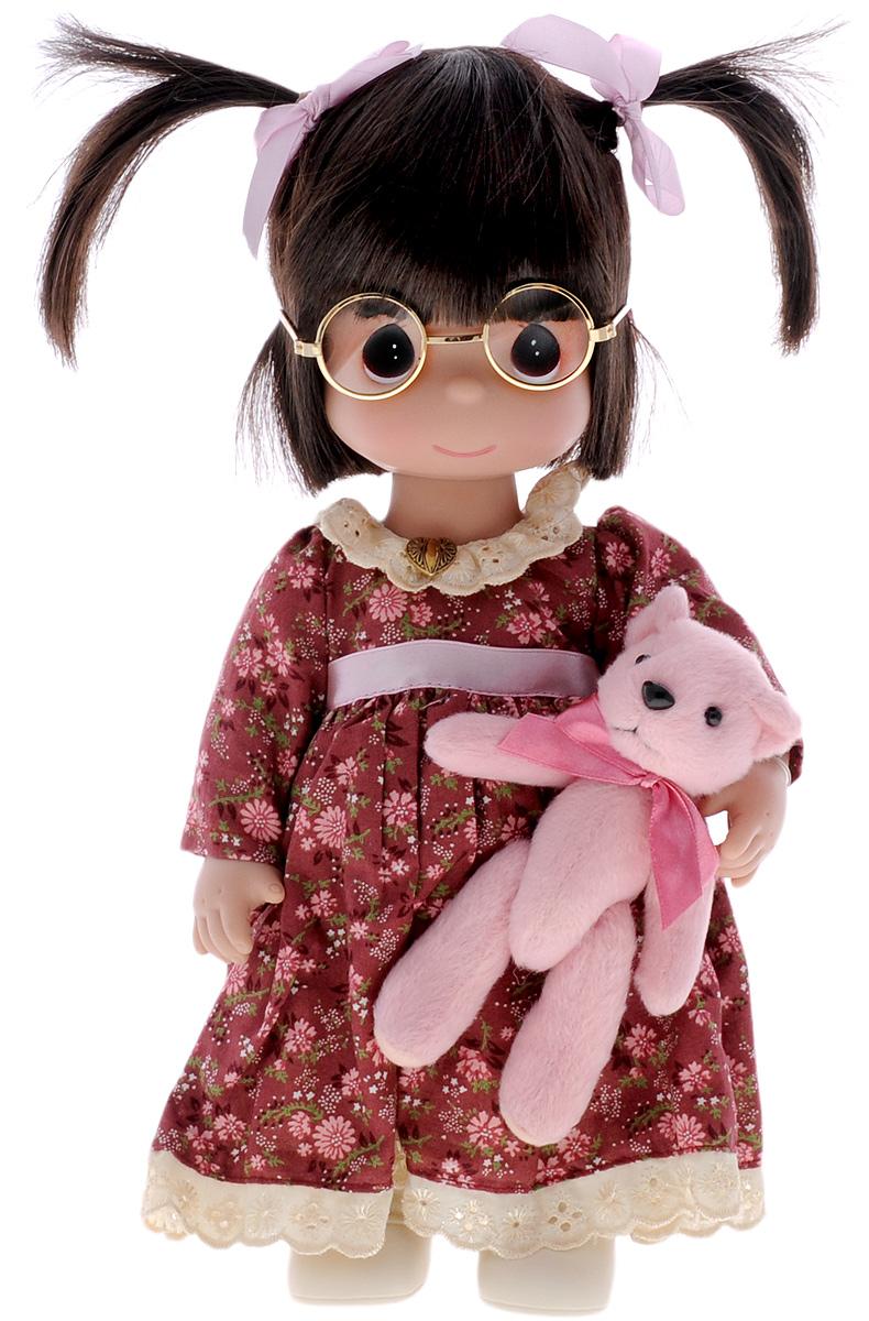 Precious Moments Кукла Друзья4545Коллекция кукол Precious Moments ростом выше 30 см насчитывает на сегодняшний день более 600 видов. Куклы изготавливаются из качественного, безопасного материала и имеют пять базовых точек артикуляции. Каждый год в коллекцию добавляются все новые и новые модели. Каждая кукла имеет свой неповторимый образ и характер. Она может быть подарком на память о каком-либо событии в жизни. Куклы выполнены с любовью и нежностью, которую дарит нам известная волшебница - создатель кукол Линда Рик! Кукла Друзья одета в длинное бордовое платье, панталоны, светлые носочки и туфли. У куклы темные волосы с двумя задорными хвостиками и большие карие глаза. Как аксессуар к кукле прилагаются очки. В руке девочка держит плюшевого медвежонка. Игра с куклой разовьет в вашей малышке чувство ответственности и заботы. Порадуйте свою принцессу таким великолепным подарком!