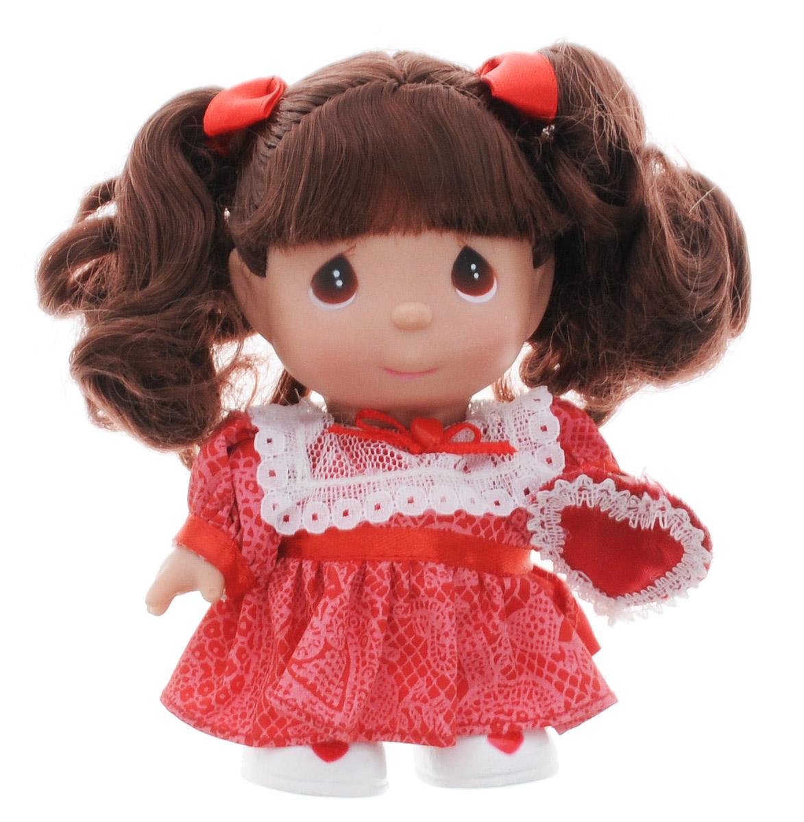 Precious Moments Мини-кукла Февраль5364Какие же милые эти куколки Precious Moments. Создатель этих очаровательных крошек настоящая волшебница - Линда Рик - оживила свои творения, каждая кукла обрела свой милый и неповторимый образ. Эти крошки могут сопровождать вас в чудесных странствиях и сделать каждый момент вашей жизни незабываемым! Мини-кукла Февраль одета в нарядное красное платье. У девочки большие карие глазки и темные волосы, заплетенные в два хвостика. В руке куколка держит сердечко. Благодаря играм с куклой, ваша малышка сможет развить фантазию и любознательность, овладеть навыками общения и научиться ответственности. Порадуйте свою принцессу таким прекрасным подарком!