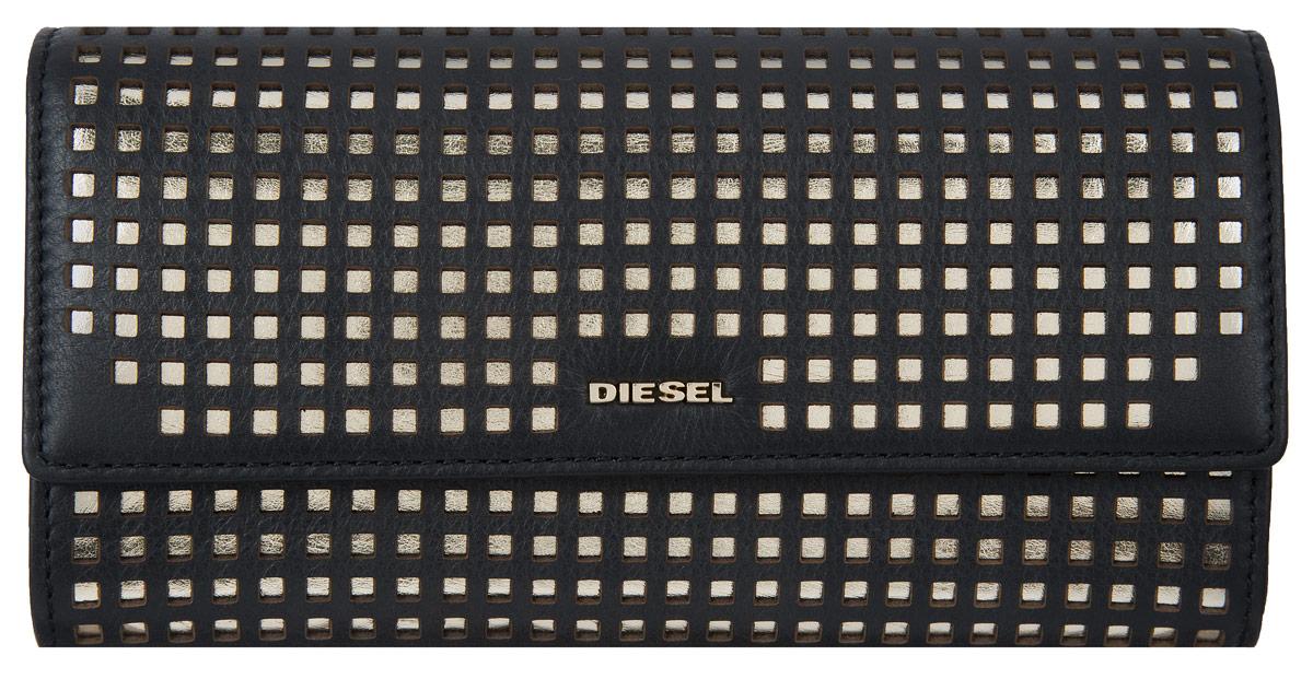 Кошелек женский Diesel, цвет: черный. X03679-PR317X03679-PR317Элегантный кошелек Diesel выполнен из натуральной перфорированной кожи. Внутри три глубоких кармана для купюр и бумаг, шесть кармашков для визиток и банковских карт. Отдельный глубокий карман на молнии для мелочи. Кошелек закрывается широким клапаном на кнопку. Кошелек упакован в коробку из плотного картона с логотипом фирмы. Такой кошелек станет замечательным подарком человеку, ценящему качественные и практичные вещи.