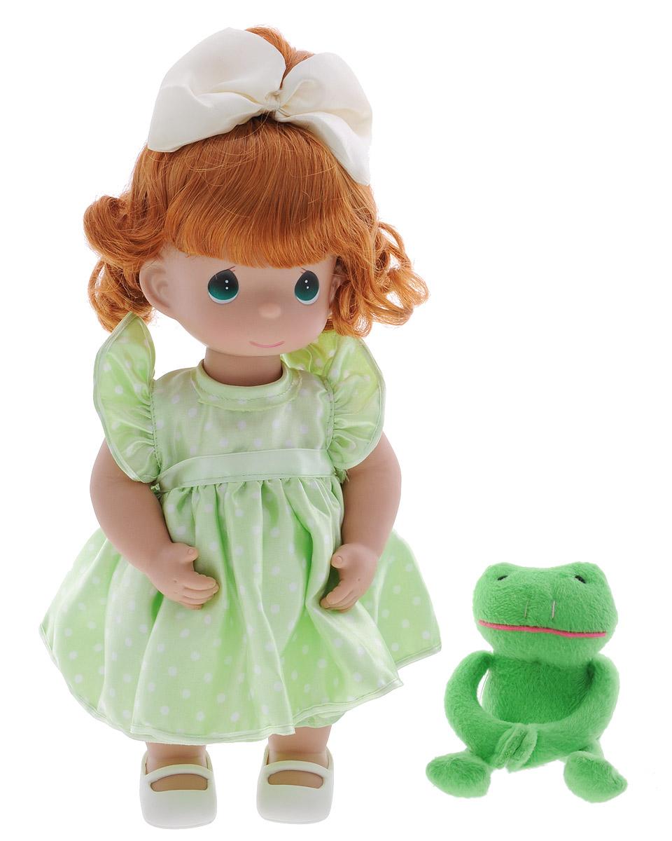 Precious Moments Кукла Девочка и лягушонок Элли4441Коллекция кукол Precious Moments ростом выше 30 см насчитывает на сегодняшний день более 600 видов. Куклы изготавливаются из качественного, безопасного материала и имеют пять базовых точек артикуляции. Каждый год в коллекцию добавляются все новые и новые модели. Каждая кукла имеет свой неповторимый образ и характер. Она может быть подарком на память о каком- либо событии в жизни. Куклы выполнены с любовью и нежностью, которую дарит нам известная волшебница - создатель кукол Линда Рик! Кукла Девочка и лягушонок Элли обязательно привлечет внимание вашей дочурки. На кукле милое платье в горошек, а на ножках белые туфельки. Рыжие волосы украшены бантом. В комплект с куклой входит лягушонок Элли. Вся одежда куклы съемная. Игра с куклой разовьет в вашей малышке чувство ответственности и заботы. Порадуйте свою принцессу таким великолепным подарком!