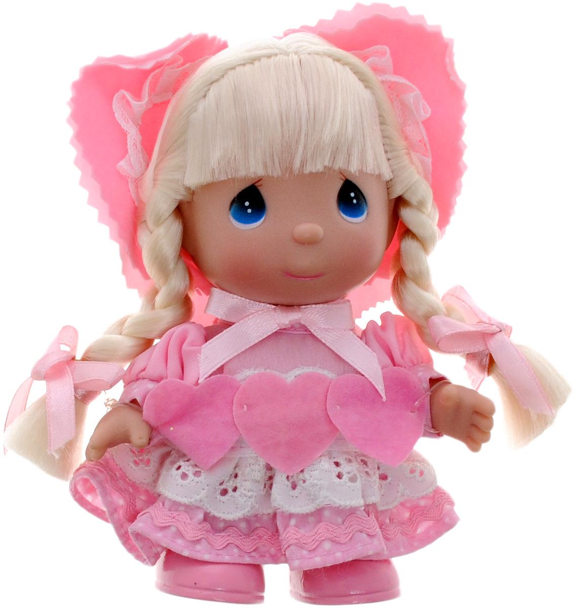Precious Moments Мини-кукла Ты в моем сердце5288Какие же милые эти куколки Precious Moments. Создатель этих очаровательных крошек настоящая волшебница - Линда Рик - оживила свои творения, каждая кукла обрела свой милый и неповторимый образ. Эти крошки могут сопровождать вас в чудесных странствиях и сделать каждый момент вашей жизни незабываемым! Мини-кукла Ты в моем сердце одета в очаровательное розовое платье и туфельки в тон платья. Светлые волосы заплетены в две косички и украшены бантиками. Дополнением к образу служит розовая шляпка. Благодаря играм с куклой, ваша малышка сможет развить фантазию и любознательность, овладеть навыками общения и научиться ответственности. Порадуйте свою принцессу таким прекрасным подарком!