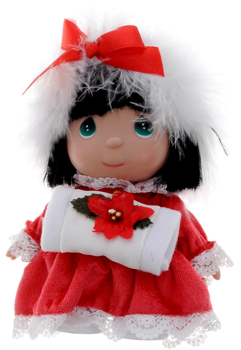 Precious Moments Мини-кукла Декабрь5374Какие же милые эти куколки Precious Moments. Создатель этих очаровательных крошек настоящая волшебница - Линда Рик - оживила свои творения, каждая кукла обрела свой милый и неповторимый образ. Эти крошки могут сопровождать вас в чудесных странствиях и сделать каждый момент вашей жизни незабываемым! Мини-кукла Декабрь одета в красное платье. Чтобы не мерзли ручки - у куколки есть белая муфта. Голову девочки украшает белая перьевая повязка. У куклы большие зеленые глаза. Благодаря играм с куклой, ваша малышка сможет развить фантазию и любознательность, овладеть навыками общения и научиться ответственности. Порадуйте свою принцессу таким прекрасным подарком!