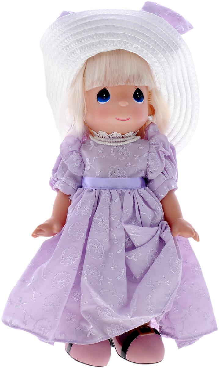 Precious Moments Кукла В туфлях мамы4609Коллекция кукол Precious Moments ростом выше 30 см насчитывает на сегодняшний день более 600 видов. Куклы изготавливаются из качественного, безопасного материала и имеют пять базовых точек артикуляции. Каждый год в коллекцию добавляются все новые и новые модели. Каждая кукла имеет свой неповторимый образ и характер. Она может быть подарком на память о каком- либо событии в жизни. Куклы выполнены с любовью и нежностью, которую дарит нам известная волшебница - создатель кукол Линда Рик! Кукла В туфлях мамы обязательно привлечет внимание вашей малышки. Куколка одета в длинное платье, а на ногах у нее мамины туфли. Длинные светлые волосы заплетены в косу, а дополнением к образу служит большая белая шляпа. На милом личике большие синие глаза. Вся одежка куклы съемная. Кукла научит ребенка взаимодействовать с окружающими, а также поспособствует развитию воображения, логики и тактильного восприятия. Порадуйте свою принцессу таким великолепным...