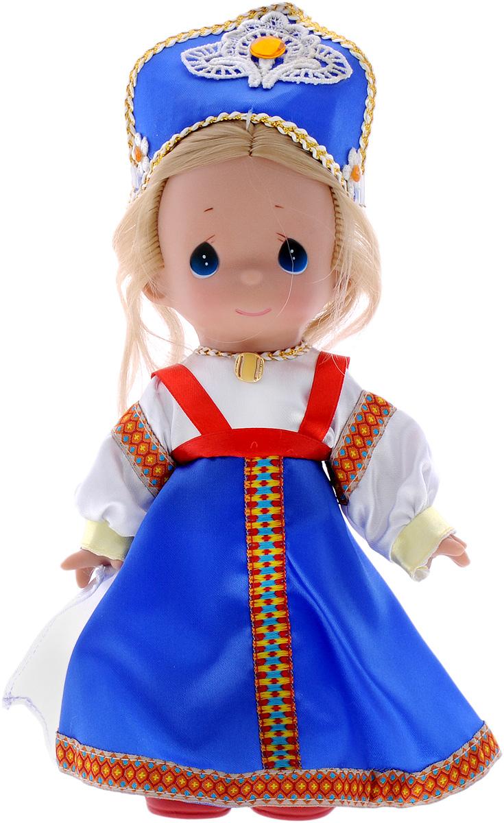 Precious Moments Кукла Василиса8408Коллекция кукол Precious Moments насчитывает на сегодняшний день более 600 видов. Куклы изготавливаются из качественного, безопасного материала и имеют пять базовых точек артикуляции. Каждый год в коллекцию добавляются все новые и новые модели. Каждая кукла имеет свой неповторимый образ и характер. Она может быть подарком на память о каком-либо событии в жизни. Куклы выполнены с любовью и нежностью, которую дарит нам известная волшебница - создатель кукол Линда Рик! Коллекционная кукла Василиса со светлыми волосами одета в национальное русское платье сине-белого цвета с орнаментом. У куклы милое личико с большими голубыми глазами. Волосы заплетены в большую косу. На голове - кокошник с золотистой прострочкой по периметру и драгоценным камнем в центре. Вся одежда съемная. Вашей дочурке непременно понравится расчесывать волосы куклы, придумывая различные прически. Кукла научит ребенка взаимодействовать с окружающими, а также поспособствует развитию воображения,...