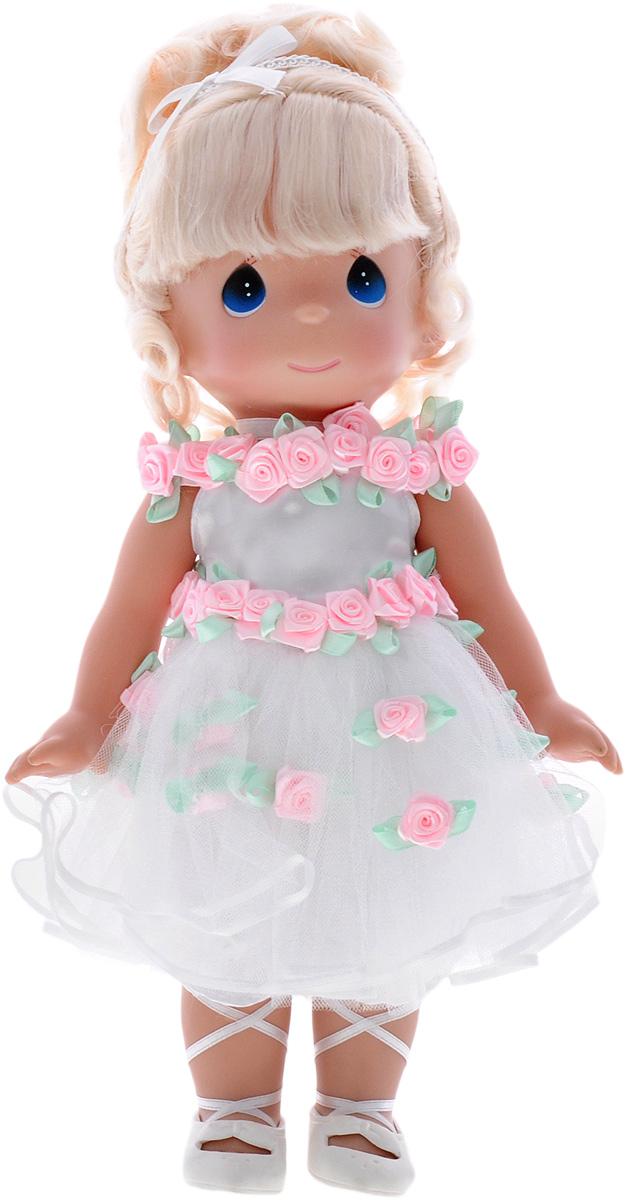 Precious Moments Кукла Танец в сердце блондинка4605Коллекция кукол Precious Moments ростом выше 30 см насчитывает на сегодняшний день более 600 видов. Куклы изготавливаются из качественного, безопасного материала и имеют пять базовых точек артикуляции. Каждый год в коллекцию добавляются все новые и новые модели. Каждая кукла имеет свой неповторимый образ и характер. Она может быть подарком на память о каком- либо событии в жизни. Куклы выполнены с любовью и нежностью, которую дарит нам известная волшебница - создатель кукол Линда Рик! Кукла Танец в сердце одета в очаровательное белое платье, украшенное розовыми розочками. У куклы шикарные светлые волосы, которые забраны вверх. На милом личике большие синие глаза. Одежда куклы съемная. Кукла научит ребенка взаимодействовать с окружающими, а также поспособствует развитию воображения, логики и тактильного восприятия. Порадуйте свою принцессу таким великолепным подарком!