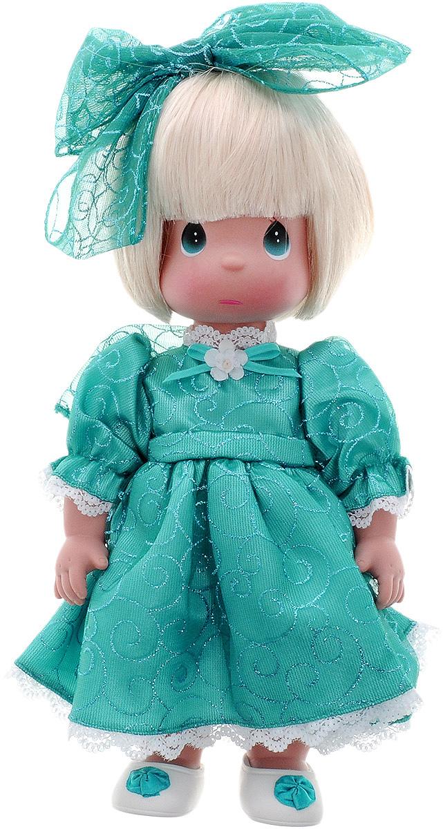 Precious Moments Кукла Мне очень жаль цвет волос светлый4731Коллекция кукол Precious Moments ростом выше 30 см насчитывает на сегодняшний день более 600 видов. Куклы изготавливаются из качественного, безопасного материала и имеют пять базовых точек артикуляции. Каждый год в коллекцию добавляются все новые и новые модели. Каждая кукла имеет свой неповторимый образ и характер. Она может быть подарком на память о каком- либо событии в жизни. Куклы выполнены с любовью и нежностью, которую дарит нам известная волшебница - создатель кукол Линда Рик! Кукла Мне очень жаль одета в длинное бирюзовое платье, дополненное блестками и кружевами. На ногах - светлые ботиночки, украшенные декоративным элементом. На голове красуется большой бант. На грустном личике большие глаза и следы от слез. Вся одежда съемная. Кукла Precious Moments Мне очень жаль станет отличным подарком для любой девочки на день рождения или другой праздник. Игры с куклой научат ребенка взаимодействовать с окружающими, а также поспособствуют...