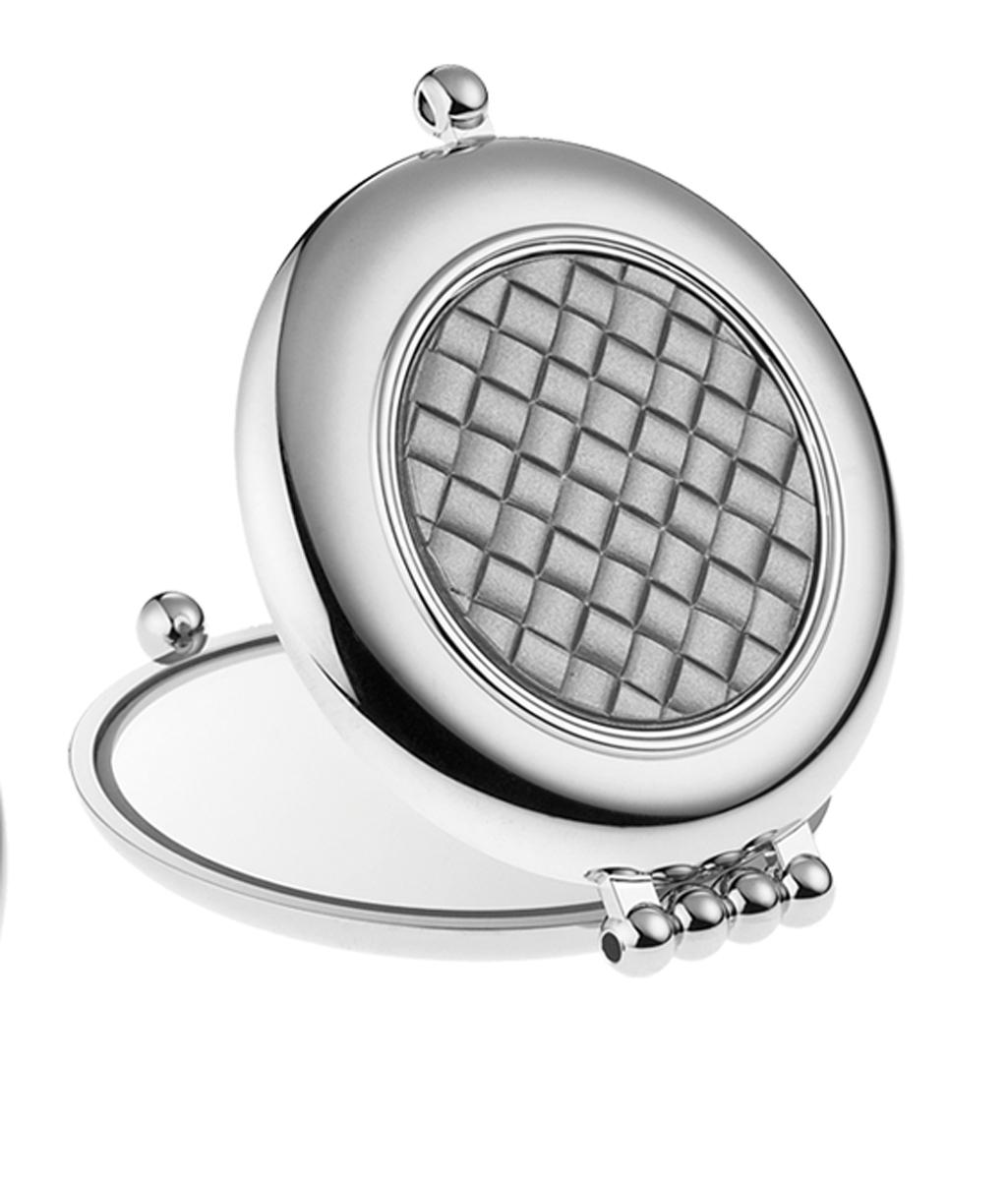 Janeke Зеркало для сумки D65, CR484.3T6.641079Марка Janeke – мировой лидер по производству расчесок, щеток, маникюрных принадлежностей, зеркал и косметичек. Марка Janeke, основанная в 1830 году, вот уже почти 180 лет поддерживает непревзойденное качество своей продукции, сочетая новейшие технологии с традициями ста- рых миланских мастеров. Все изделия на 80% производятся вручную, а инновационные технологии и современные материалы делают продукцию марки поистине уникальной. Стильный и эргономичный дизайн, яркие цветовые решения – все это приносит истин- ное удовольствие от использования аксессуаров Janeke. Компактные зеркала Janeke имеют линзы с обычным и трехкратным увеличением, которые позволяют быстро и легко поправить макияж в дороге. А благодаря стильному дизайну и миниатюрному размеру компактное зеркало Janeke станет любимым аксессуаром любой женщины.