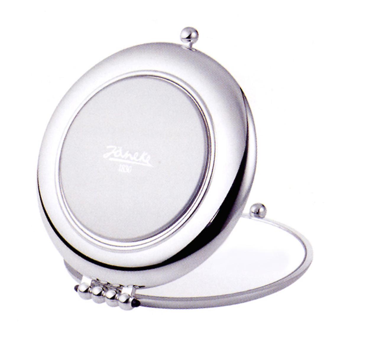 Janeke Зеркало алюминиевое в упаковке D90, AL453.3.573240Марка Janeke – мировой лидер по производству расчесок, щеток, маникюрных принадлежностей, зеркал и косметичек. Марка Janeke, основанная в 1830 году, вот уже почти 180 лет поддерживает непревзойденное качество своей продукции, сочетая новейшие технологии с традициями ста- рых миланских мастеров. Все изделия на 80% производятся вручную, а инновационные технологии и современные материалы делают продукцию марки поистине уникальной. Стильный и эргономичный дизайн, яркие цветовые решения – все это приносит истин- ное удовольствие от использования аксессуаров Janeke. Компактные зеркала Janeke имеют линзы с обычным и трехкратным увеличением, которые позволяют быстро и легко поправить макияж в дороге. А благодаря стильному дизайну и миниатюрному размеру компактное зеркало Janeke станет любимым аксессуаром любой женщины.