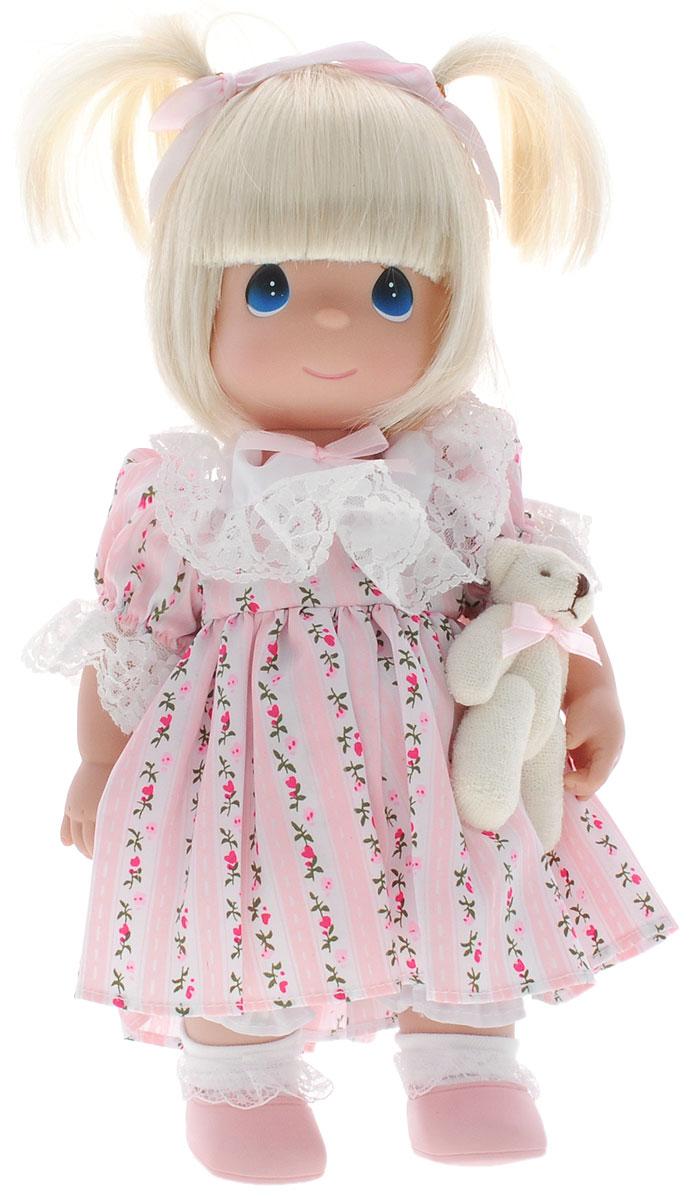 Precious Moments Кукла Друзья навсегда блондинка4746Коллекция кукол Precious Moments ростом выше 30 см насчитывает на сегодняшний день более 600 видов. Куклы изготавливаются из качественного, безопасного материала и имеют пять базовых точек артикуляции. Каждый год в коллекцию добавляются все новые и новые модели. Каждая кукла имеет свой неповторимый образ и характер. Она может быть подарком на память о каком-либо событии в жизни. Куклы выполнены с любовью и нежностью, которую дарит нам известная волшебница - создатель кукол Линда Рик! Коллекционная кукла Друзья навсегда со светлыми волосами одета в светло-розовое платье с цветочным орнаментом, украшенное кружевом. Волосы завязаны в две косички с помощью атласных бантов. У куклы милое личико с большими голубыми глазами. Вся одежда съемная. В комплекте с куклой идет ее игрушка - маленький плюшевый мишка. Вашей дочурке непременно понравится расчесывать волосы куклы, придумывая различные прически. Кукла научит ребенка взаимодействовать с окружающими, а также...