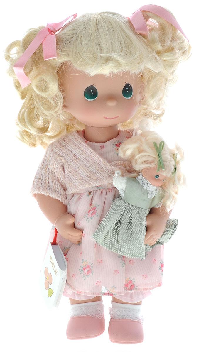 Precious Moments Кукла Научи меня4595Коллекция кукол Precious Moments ростом выше 30 см насчитывает на сегодняшний день более 600 видов. Куклы изготавливаются из качественного, безопасного материала и имеют пять базовых точек артикуляции. Каждый год в коллекцию добавляются все новые и новые модели. Каждая кукла имеет свой неповторимый образ и характер. Она может быть подарком на память о каком-либо событии в жизни. Куклы выполнены с любовью и нежностью, которую дарит нам известная волшебница - создатель кукол Линда Рик! Коллекционная кукла Научи меня со светлыми волосами одета в светло-розовое платье с цветочным узором и светло-розовую мягкую кофточку с блестками. Вьющиеся волосы завязаны в две косички с помощью розовых атласных бантов. У куклы милое личико с большими изумрудными глазами. Вся одежда съемная. В комплекте с куклой идет ее игрушка - маленькая куколка, а также игрушечная Библия. Вашей дочурке непременно понравится расчесывать волосы куклы, придумывая различные прически. Кукла научит...