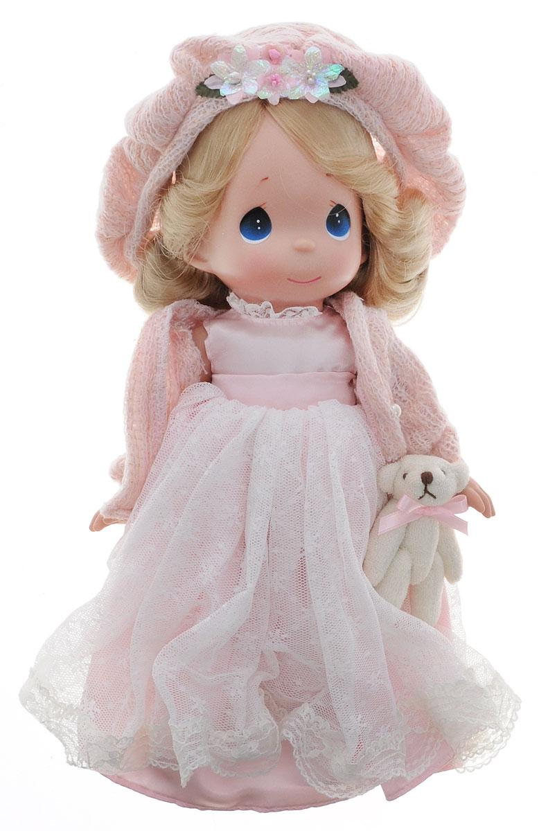 Precious Moments Кукла Драгоценное сердце4745Коллекция кукол Precious Moments ростом выше 30 см насчитывает на сегодняшний день более 600 видов. Куклы изготавливаются из качественного, безопасного материала и имеют пять базовых точек артикуляции. Каждый год в коллекцию добавляются все новые и новые модели. Каждая кукла имеет свой неповторимый образ и характер. Она может быть подарком на память о каком-либо событии в жизни. Куклы выполнены с любовью и нежностью, которую дарит нам известная волшебница - создатель кукол Линда Рик! Коллекционная кукла Драгоценное сердце со светлыми волосами одета в светло-розовое атласное платье с кружевной верхней юбкой, светло-розовую мягкую кофточку с блестками. На голове - берет такого же цвета, декорированный цветами. У куклы милое личико с большими голубыми глазами. Вся одежда съемная. В комплекте с куклой идет ее игрушка - маленький плюшевый мишка. Вашей дочурке непременно понравится расчесывать волосы куклы, придумывая различные прически. Кукла научит ребенка...
