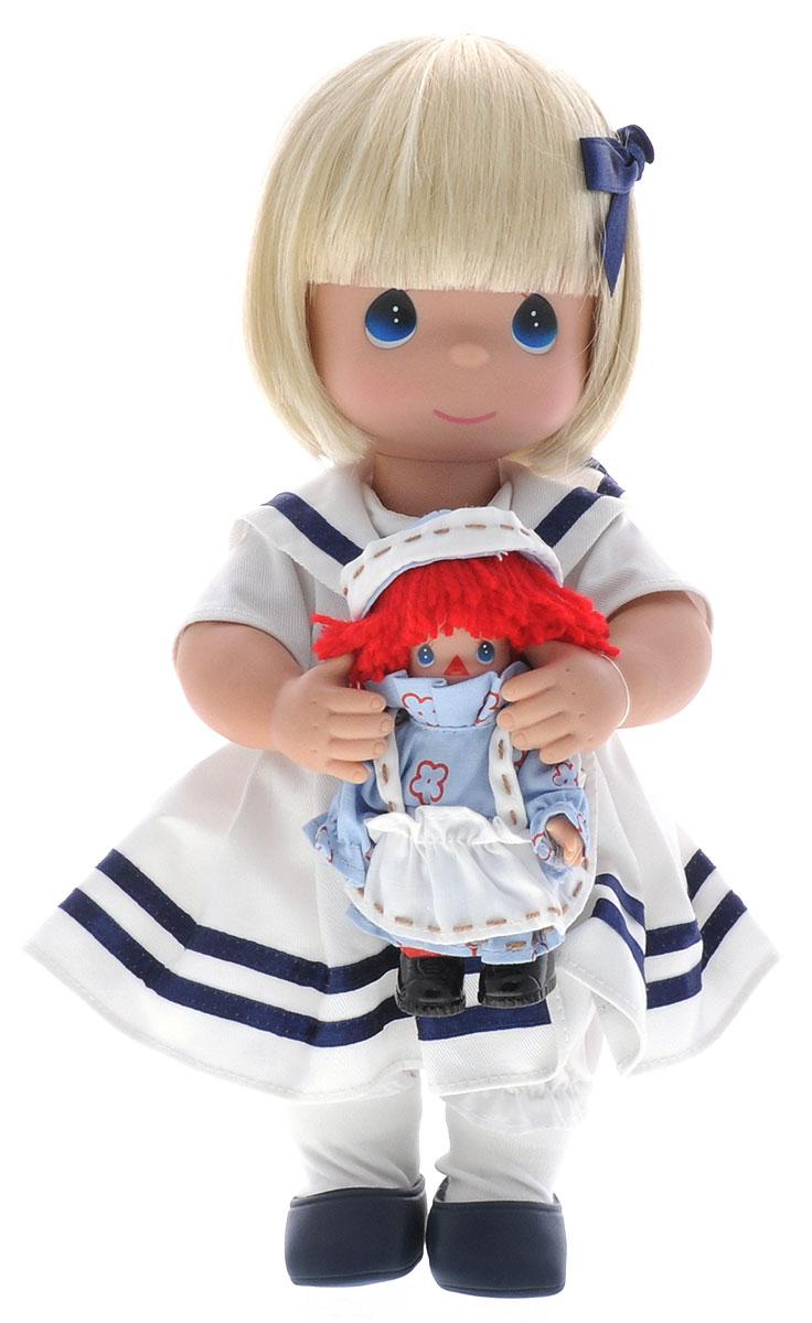 Precious Moments Кукла Морячка Марселла4579Коллекция кукол Precious Moments ростом выше 30 см насчитывает на сегодняшний день более 600 видов. Куклы изготавливаются из качественного, безопасного материала и имеют пять базовых точек артикуляции. Каждый год в коллекцию добавляются все новые и новые модели. Каждая кукла имеет свой неповторимый образ и характер. Она может быть подарком на память о каком-либо событии в жизни. Куклы выполнены с любовью и нежностью, которую дарит нам известная волшебница - создатель кукол Линда Рик! Коллекционная кукла Морячка Марселла со светлыми волосами одета в белую матроску с темно-синими полосами. У куклы милое личико с большими голубыми глазами. Волосы украшает темно-синий бант. Вся одежда съемная. В комплекте с куклой идет ее игрушка - маленькая куколка с ярко-красными волосами. Голова и руки куколки-игрушки также подвижны. Вашей дочурке непременно понравится расчесывать волосы куклы, придумывая различные прически. Кукла научит ребенка взаимодействовать с окружающими, а...