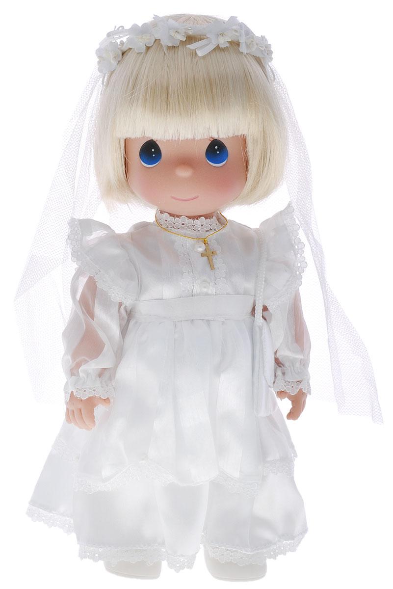 Precious Moments Кукла Невеста блондинка1490Коллекция кукол Precious Moments ростом выше 30 см насчитывает на сегодняшний день более 600 видов. Куклы изготавливаются из качественного, безопасного материала и имеют пять базовых точек артикуляции. Каждый год в коллекцию добавляются все новые и новые модели. Каждая кукла имеет свой неповторимый образ и характер. Она может быть подарком на память о каком- либо событии в жизни. Куклы выполнены с любовью и нежностью, которую дарит нам известная волшебница - создатель кукол Линда Рик! Кукла Невеста со светлыми волосами одета в длинное белоснежное платье, на ногах у нее туфельки. Дополнением к образу служит фата и крестик на шее. У куколки большие синие глаза и румяные щечки. Одежда куклы съемная. Игры с куклой способствуют эмоциональному развитию ребенка, а также помогают формировать воображение и художественный вкус. Порадуйте свою принцессу таким великолепным подарком!
