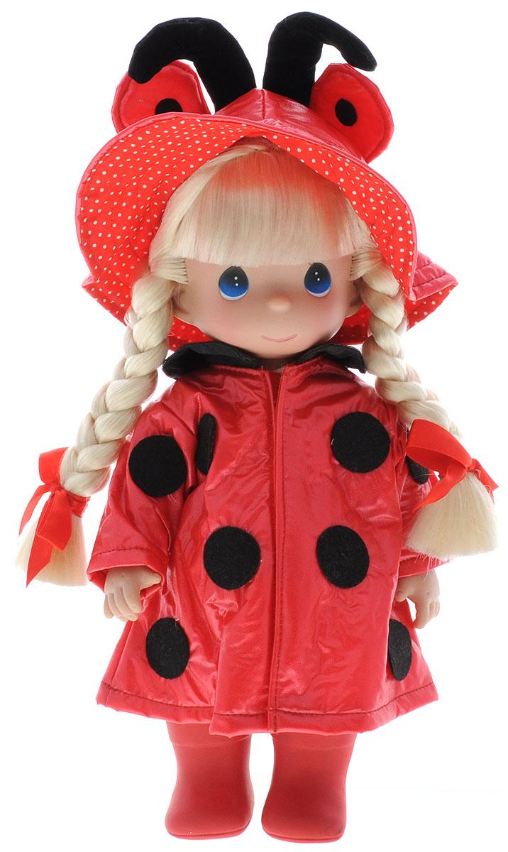 Precious Moments Кукла Дождь и солнце Божья коровка4562Коллекция кукол Precious Moments ростом выше 30 см насчитывает на сегодняшний день более 600 видов. Куклы изготавливаются из качественного, безопасного материала и имеют пять базовых точек артикуляции. Каждый год в коллекцию добавляются все новые и новые модели. Каждая кукла имеет свой неповторимый образ и характер. Она может быть подарком на память о каком- либо событии в жизни. Куклы выполнены с любовью и нежностью, которую дарит нам известная волшебница - создатель кукол Линда Рик! Очаровательная кукла Дождь и солнце одета в нарядный костюм божьи коровки. На ногах у куколки красные сапожки. Светлые волосы заплетены в две косички и дополнены атласными бантиками. На милом личике большие синие глаза. Вся одежда съемная. Кукла научит ребенка взаимодействовать с окружающими, а также поспособствует развитию воображения, логики и тактильного восприятия. Порадуйте свою принцессу таким великолепным подарком!