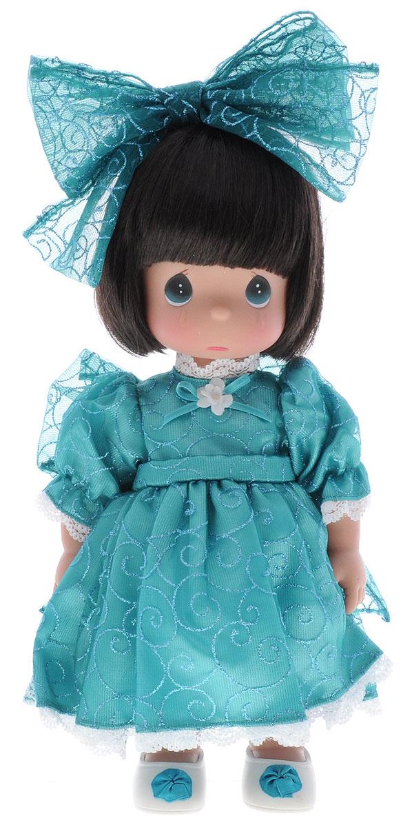 Precious Moments Кукла Мне очень жаль цвет волос темный4732Коллекция кукол Precious Moments ростом выше 30 см насчитывает на сегодняшний день более 600 видов. Куклы изготавливаются из качественного, безопасного материала и имеют пять базовых точек артикуляции. Каждый год в коллекцию добавляются все новые и новые модели. Каждая кукла имеет свой неповторимый образ и характер. Она может быть подарком на память о каком- либо событии в жизни. Куклы выполнены с любовью и нежностью, которую дарит нам известная волшебница - создатель кукол Линда Рик! Кукла Мне очень жаль с темными волосами одета в длинное платье, дополненное блестками и кружевами. На ногах - светлые ботиночки, украшенные декоративным элементом. На голове красуется большой бант. На грустном личике большие зеленые глаза и следы от слез. Вся одежда куклы съемная. Кукла Precious Moments Мне очень жаль очарует вас и вашу дочурку с первого взгляда. Игры с куклой научат ребенка взаимодействовать с окружающими, а также поспособствуют развитию ...