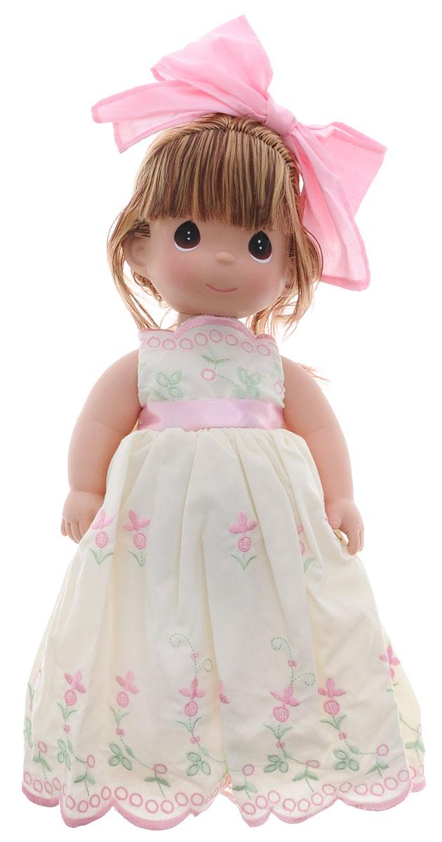 Precious Moments Кукла Завтрашний день цвет волос рыжий4699Коллекция кукол Precious Moments ростом выше 30 см насчитывает на сегодняшний день более 600 видов. Куклы изготавливаются из качественного, безопасного материала и имеют пять базовых точек артикуляции. Каждый год в коллекцию добавляются все новые и новые модели. Каждая кукла имеет свой неповторимый образ и характер. Она может быть подарком на память о каком- либо событии в жизни. Куклы выполнены с любовью и нежностью, которую дарит нам известная волшебница - создатель кукол Линда Рик! Кукла Завтрашний день станет отличным подарком для любой девочки на день рождения или другой праздник. Одета кукла в длинное платье, украшенное вышивкой и большим бантом на спине. Под платьем у куклы - панталоны, на ногах - туфли в цвет платья. Вся одежда у куклы съемная. Рыжие волосы заплетены в косу и украшены розовым бантиком. У девочки большие карие глаза. Вся одежда съемная. Кукла научит ребенка взаимодействовать с окружающими, а также поспособствует развитию ...