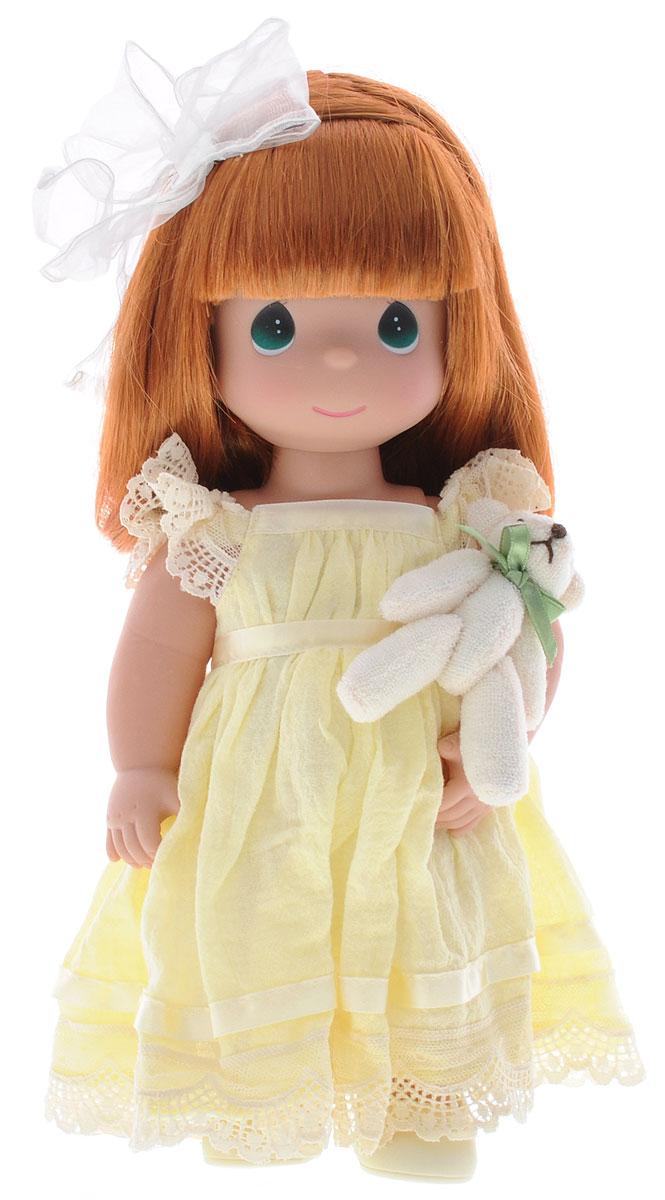 Precious Moments Кукла Люби меня цвет волос рыжий4644Коллекция кукол Precious Moments ростом выше 30 см насчитывает на сегодняшний день более 600 видов. Куклы изготавливаются из качественного, безопасного материала и имеют пять базовых точек артикуляции. Каждый год в коллекцию добавляются все новые и новые модели. Каждая кукла имеет свой неповторимый образ и характер. Она может быть подарком на память о каком-либо событии в жизни. Куклы выполнены с любовью и нежностью, которую дарит нам известная волшебница - создатель кукол Линда Рик! Кукла Люби меня одета в светло-желтое длинное платье и туфли. Одежда у куклы съемная. У девочки длинные рыжие волосы, украшенные бантом, и большие зеленые глаза. В руке она держит плюшевого медвежонка. Игра с куклой разовьет в вашей малышке чувство ответственности и заботы. Порадуйте свою принцессу таким великолепным подарком!