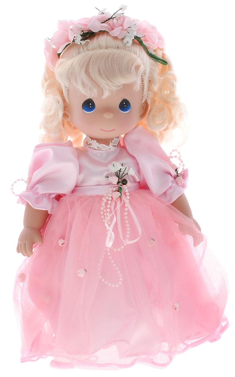 Precious Moments Кукла Красотка цвет волос светлый4741Коллекция кукол Precious Moments ростом выше 30 см насчитывает на сегодняшний день более 600 видов. Куклы изготавливаются из качественного, безопасного материала и имеют пять базовых точек артикуляции. Каждый год в коллекцию добавляются все новые и новые модели. Каждая кукла имеет свой неповторимый образ и характер. Она может быть подарком на память о каком- либо событии в жизни. Куклы выполнены с любовью и нежностью, которую дарит нам известная волшебница - создатель кукол Линда Рик! Кукла Красотка привлечет внимание не только ребенка, но и взрослого. Кукла со светлыми волосами одета в очаровательное платье розового цвета, украшенное атласным бантом на спине. На ногах - туфельки в тон платья, а прическу украшает венок из цветов. Одежда куклы съемная. Игры с куклой способствуют эмоциональному развитию ребенка, а также помогают формировать воображение и художественный вкус. Ваша дочурка будет в восторге от такого замечательного подарка!