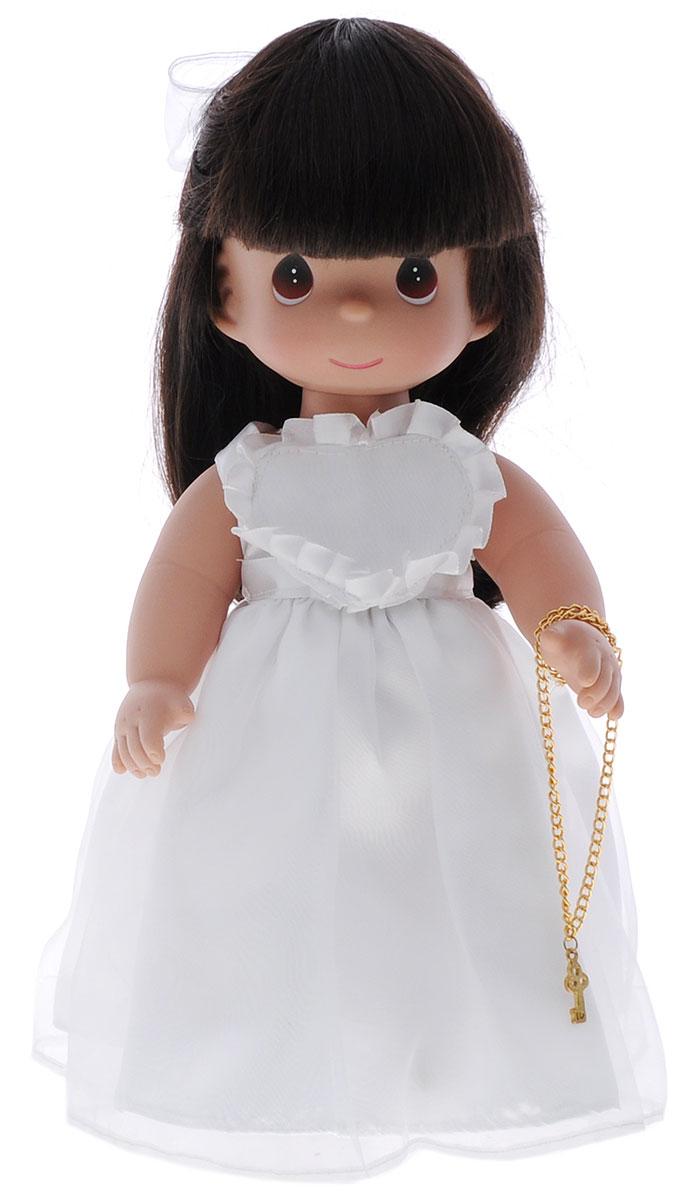Precious Moments Кукла Ключ к моему сердцу цвет волос темный4735Коллекция кукол Precious Moments ростом выше 30 см насчитывает на сегодняшний день более 600 видов. Куклы изготавливаются из качественного, безопасного материала и имеют пять базовых точек артикуляции. Каждый год в коллекцию добавляются все новые и новые модели. Каждая кукла имеет свой неповторимый образ и характер. Она может быть подарком на память о каком- либо событии в жизни. Куклы выполнены с любовью и нежностью, которую дарит нам известная волшебница - создатель кукол Линда Рик! Очаровательная кукла Ключ к моему сердцу станет лучшей игрушкой вашей дочурки. На кукле шикарное белое платье с пышной юбкой, на ногах - белые панталоны, носочки и туфельки. Длинные темные волосы украшены бантиком. На милом личике большие карие глаза. В руке у куколки ключик на цепочке. Одежда куклы съемная. Игры с куклой способствуют эмоциональному развитию ребенка, а также помогают формировать воображение и художественный вкус. Порадуйте свою принцессу таким...