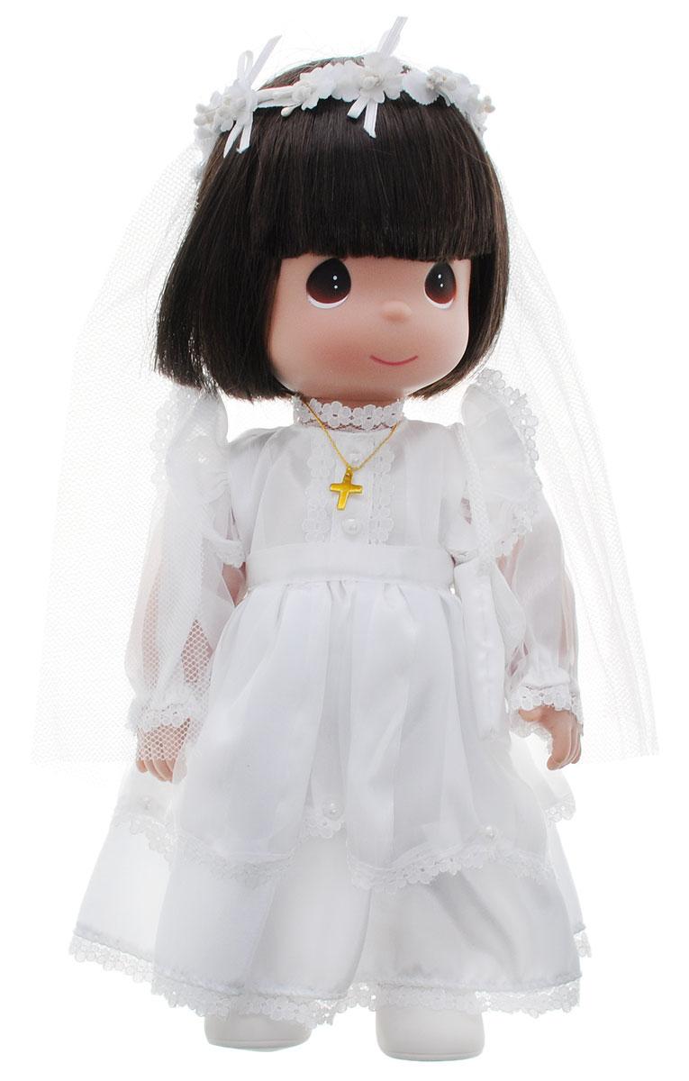 Precious Moments Кукла Невеста брюнетка1491Коллекция кукол Precious Moments ростом выше 30 см насчитывает на сегодняшний день более 600 видов. Куклы изготавливаются из качественного, безопасного материала и имеют пять базовых точек артикуляции. Каждый год в коллекцию добавляются все новые и новые модели. Каждая кукла имеет свой неповторимый образ и характер. Она может быть подарком на память о каком-либо событии в жизни. Куклы выполнены с любовью и нежностью, которую дарит нам известная волшебница - создатель кукол Линда Рик! Кукла Невеста одета в длинное белоснежное платье, на ногах у нее белые туфельки. Дополнением к образу служит фата и крестик на шее. У куколки большие карие глаза и темные волосы. Игра с куклой разовьет в вашей малышке чувство ответственности и заботы. Порадуйте свою принцессу таким великолепным подарком!
