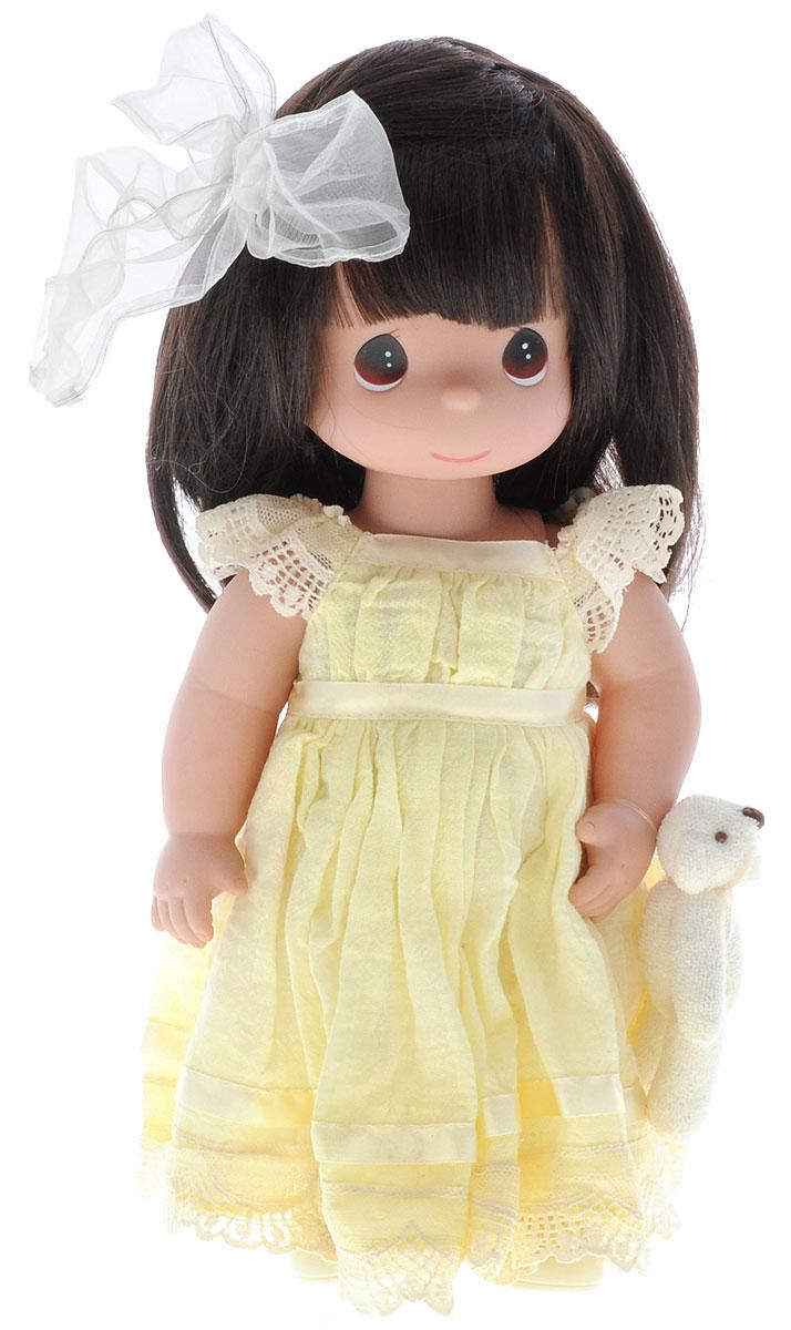 Precious Moments Кукла Люби меня цвет волос темный4643Коллекция кукол Precious Moments ростом выше 30 см насчитывает на сегодняшний день более 600 видов. Куклы изготавливаются из качественного, безопасного материала и имеют пять базовых точек артикуляции. Каждый год в коллекцию добавляются все новые и новые модели. Каждая кукла имеет свой неповторимый образ и характер. Она может быть подарком на память о каком- либо событии в жизни. Куклы выполнены с любовью и нежностью, которую дарит нам известная волшебница - создатель кукол Линда Рик! Милая кукла Люби меня одета в длинное платье, оформленное кружевами, на ногах - туфельки в тон платья. На милом личике большие карие глаза. Вашей дочурке непременно понравится расчесывать длинные волосы куклы, придумывая различные прически. К кукле прилагается мягкая игрушка в виде медвежонка. Одежда куклы съемная. Игры с куклой способствуют эмоциональному развитию ребенка, а также помогают формировать воображение и художественный вкус. Ваша дочурка будет в...