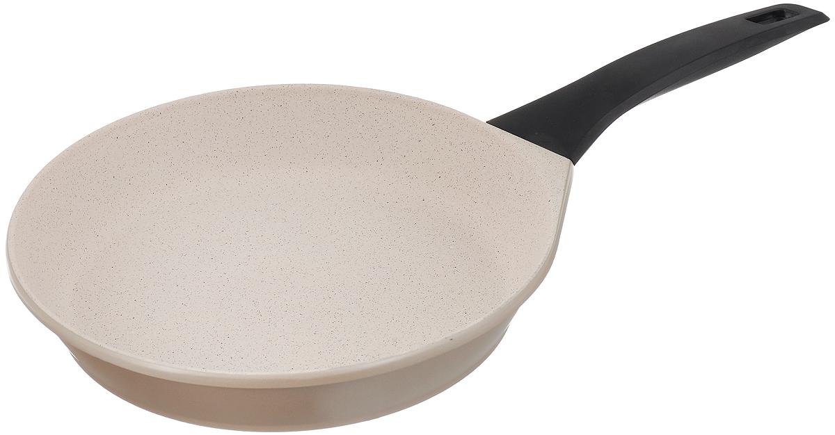 Сковорода Polaris Stone, с антипригарным покрытием. Диаметр 28 см005999Сковорода Polaris Stone изготовлена из высококачественного литого алюминия. Внутреннее трехслойное немецкое антипригарное покрытие Greblon C3 на водной основе обеспечивает непревзойденную стойкость к царапинам. Специальное утолщенное дно позволяет посуде быстро и равномерно нагреваться. При готовке можно использовать металлические кухонные аксессуары. Сковорода оснащена эргономичной не нагревающейся ручкой из бакелита. Подходит для всех типов плит, включая индукционные. Можно мыть в посудомоечной машине. Диаметр сковороды: 28 см. Высота стенки: 5,5 см. Длина ручки: 19 см. Диаметр индукционного диска: 21,5 см.