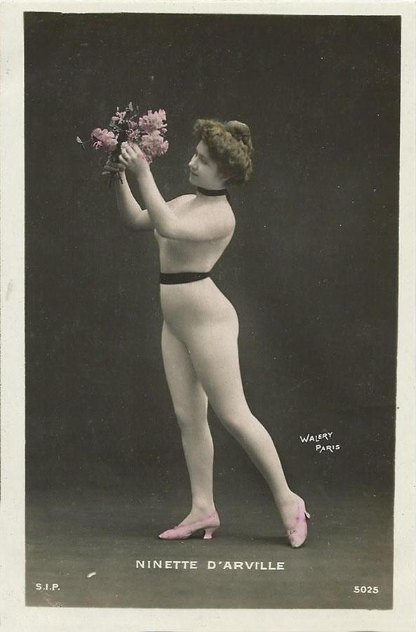 Ninette D`Arville. Fantaisie femme avec un bouquet. ОткрыткаНВА-2 2508 16-39Размер открытки: 150 х 105 мм Сохранность: хорошая, без надписей