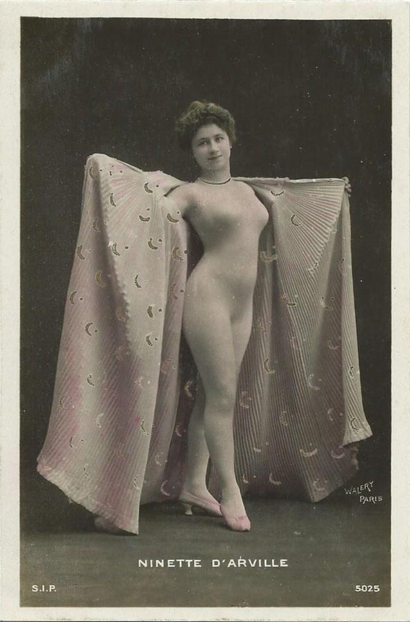 Ninette D`Arville. Femme a la mode dans une cape. ОткрыткаНВА-2 2508 16-39Размер открытки: 150 х 105 мм Сохранность: хорошая, без надписей