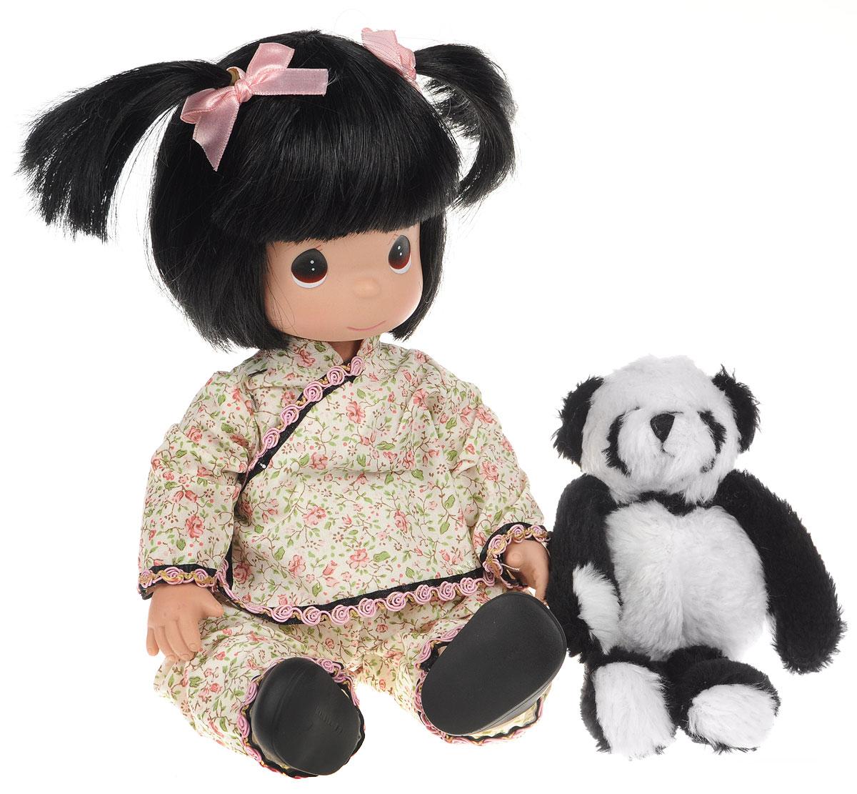 Precious Moments Кукла Мир и гармония4469Коллекция кукол Precious Moments ростом выше 30 см насчитывает на сегодняшний день более 600 видов. Куклы изготавливаются из качественного, безопасного материала и имеют пять базовых точек артикуляции. Каждый год в коллекцию добавляются все новые и новые модели. Каждая кукла имеет свой неповторимый образ и характер. Она может быть подарком на память о каком-либо событии в жизни. Куклы выполнены с любовью и нежностью, которую дарит нам известная волшебница - создатель кукол Линда Рик! Коллекционная кукла Мир и гармония с темными волосами одета в нарядное кимоно с цветочным узором. Волосы завязаны в две косички с помощью розовых атласных лент. У куклы милое личико с большими голубыми глазами. Вся одежда съемная. В комплекте с куклой идет ее игрушка - большая пушистая панда. Вашей дочурке непременно понравится расчесывать волосы куклы, придумывая различные прически. Кукла научит ребенка взаимодействовать с окружающими, а также поспособствует развитию воображения,...