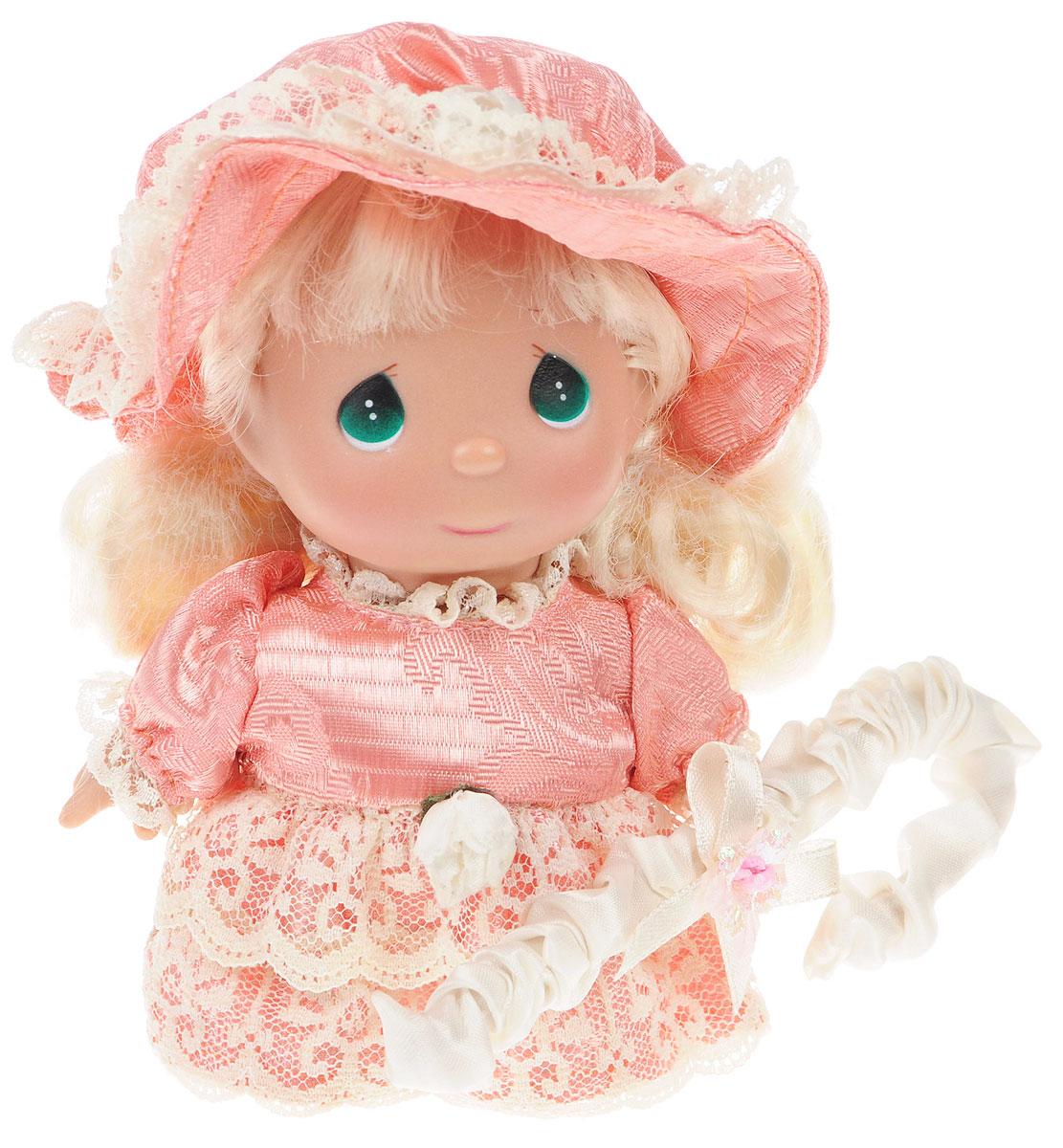 Precious Moments Мини-кукла Пастушка цвет платья светло-коралловый5399Какие же милые эти куколки Precious Moments. Создатель этих очаровательных крошек настоящая волшебница - Линда Рик - оживила свои творения, каждая кукла обрела свой милый и неповторимый образ. Эти крошки могут сопровождать вас в чудесных странствиях и сделать каждый момент вашей жизни незабываемым! Мини-кукла Пастушка одета в шикарное платье с кружевами. На голове шляпка. У куколки большие зеленые глаза и длинные светлые волосы. Такая куколка очарует вас и вашу дочурку с первого взгляда! Благодаря играм с куклой, ваша малышка сможет развить фантазию и любознательность, овладеть навыками общения и научиться ответственности.