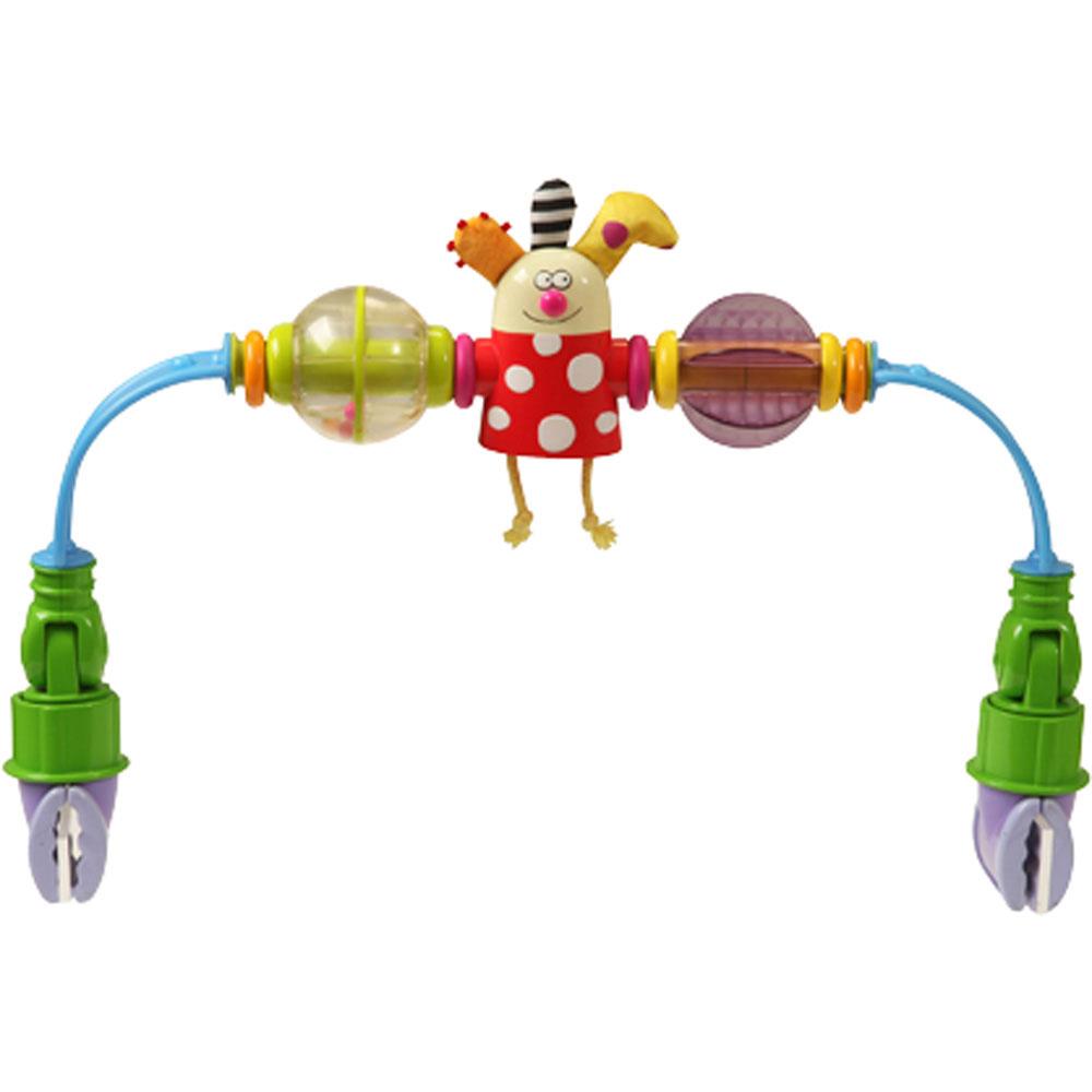 Taf Toys Развивающая дуга на коляску11475Развивающая дуга на коляску Taf Toys не оставит вашего малыша равнодушным и не позволит ему скучать! Дуга выполнена в виде трех ярких элементов: забавная фигурка клоуна с ножками в виде веревочек, при вращении которого малыш услышит звук трещотки, прозрачный шарик с маленькими цветными шариками внутри, гремящими при тряске и вращающийся элемент светло-сиреневого цвета. Также подвеска оснащена четырьмя цветными колечкам, которые ваш ребенок будет с удовольствием вращать. Подвеска оборудована гибкими дугами по краям, что позволяет подстроить их под ширину коляски. С помощью прочных клипс, расположенных на концах подвески, она легко крепится к коляске, кроватке или креслу. Погремушка-подвеска поможет вашему малышу познакомиться с основными цветами, развить мелкую моторику рук, цветовосприятие и звуковосприятие.