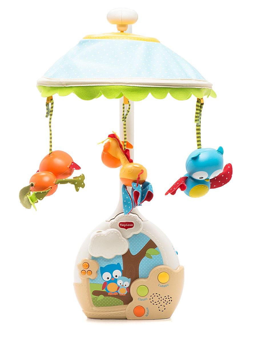 Tiny Love Музыкальный мобиль Extra Волшебная ночь1303006830Мобиль Tiny Love Extra: Волшебная ночь - оригинальная музыкальная игрушка, создающая атмосферу уюта и спокойствия в детской комнате с первых дней жизни малыша. Мобиль изготовлен из безопасных материалов ярких цветов. Пластиковое основание мобиля с музыкальной панелью легко крепится к кроватке с помощью большой фиксирующей пластиковой гайки. К нему присоединяется стойка, к которому крепится купол в виде плафона. К куполу подвешены игрушки в виде жирафа, совы и обезьянки. Музыкальная панель, оформленная изображениями забавных сов, воспроизводит 9 различных мелодий длительностью до 30 минут, после чего автоматически отключается. Панель оснащена 3 уровнями громкости звука, включающими в себя режим режим без музыкального сопровождения. Во время проигрывания мелодии вращается карусель и из панели на купол проецируются различные изображения. Съемная дуга и плафон позволяют легко превратить мобиль в светильник или проектор. Музыкальную панель можно...