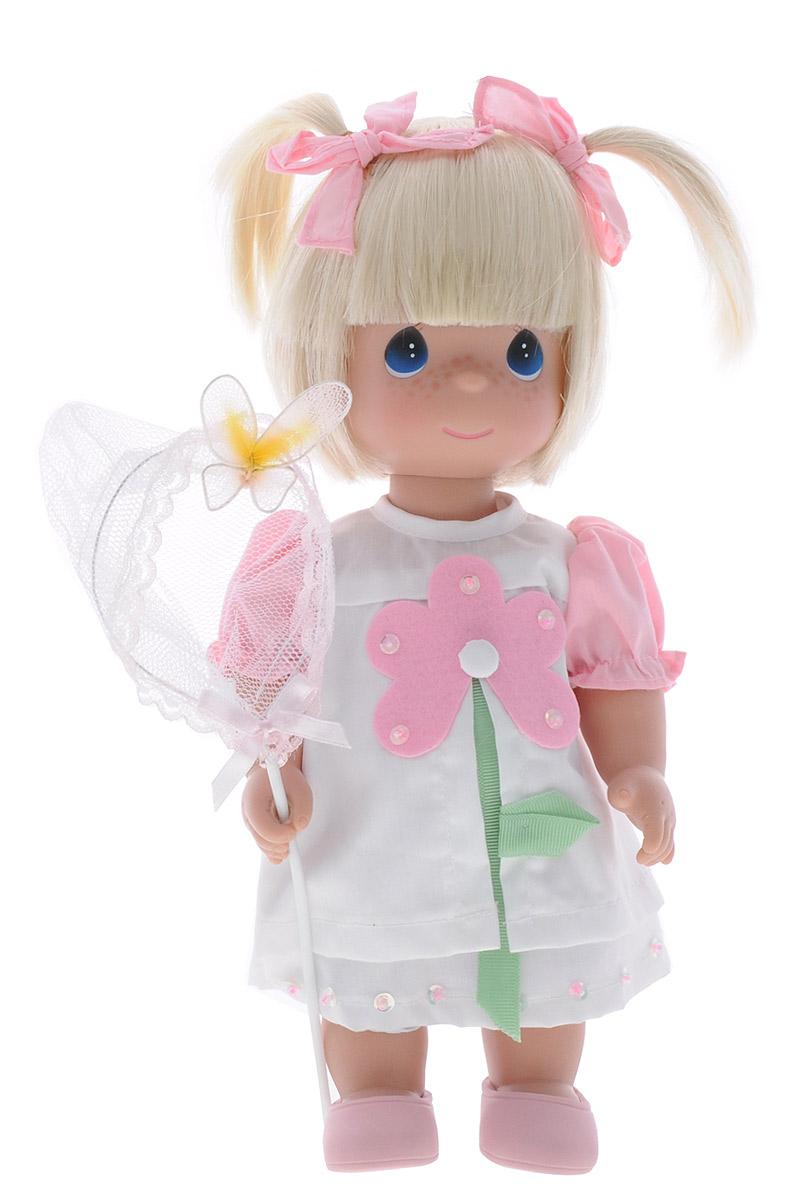 Precious Moments Кукла Поцелуй бабочки для тебя блондинка4589Коллекция кукол Precious Moments ростом выше 30 см насчитывает на сегодняшний день более 600 видов. Куклы изготавливаются из качественного, безопасного материала и имеют пять базовых точек артикуляции. Каждый год в коллекцию добавляются все новые и новые модели. Каждая кукла имеет свой неповторимый образ и характер. Она может быть подарком на память о каком-либо событии в жизни. Куклы выполнены с любовью и нежностью, которую дарит нам известная волшебница - создатель кукол Линда Рик! Кукла Поцелуй бабочки для тебя одета в белое платье, украшенное цветком. Под платьем надеты белые панталоны, на ногах куклы - розовые туфельки. Вся одежда у куклы съемная. Светлые волосы куклы украшены двумя розовыми ленточками. В руках она держит сачок для бабочек. На милом личике куклы большие синие глаза. Игра с куклой разовьет в вашей малышке чувство ответственности и заботы. Порадуйте свою принцессу таким великолепным подарком!
