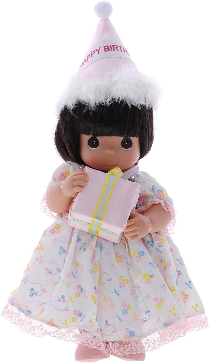 Precious Moments Кукла С Днем Рождения брюнетка4717Коллекция кукол Precious Moments ростом выше 30 см насчитывает на сегодняшний день более 600 видов. Куклы изготавливаются из качественного, безопасного материала и имеют пять базовых точек артикуляции. Каждый год в коллекцию добавляются все новые и новые модели. Каждая кукла имеет свой неповторимый образ и характер. Она может быть подарком на память о каком- либо событии в жизни. Куклы выполнены с любовью и нежностью, которую дарит нам известная волшебница - создатель кукол Линда Рик! Кукла С Днем Рождения одета в бело-розовое платье, оформленное кружевами, на ногах - белые носочки и розовые ботиночки. У девочки темные волосы и большие карие глаза. В руках она держит коробку с подарком, а на голове у куклы праздничный колпак с надписью Happy Birthday. Такая куколка очарует вас и вашу дочурку с первого взгляда! Игра с куклой разовьет в вашей малышке чувство ответственности и заботы.