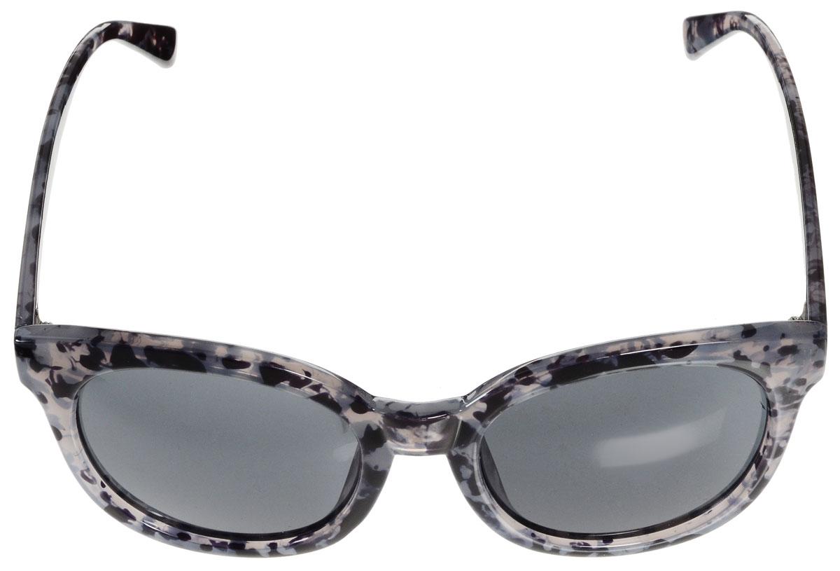 Очки солнцезащитные женские Vitacci, цвет: черный, серый. H108H108Стильные солнцезащитные очки Vitacci выполнены из высококачественного пластика. Линзы данных очков имеют степень затемнения С6, а также обладают высокоэффективным поляризационным покрытием со степенью защиты от ультрафиолетового излучения UV400. Используемый пластик не искажает изображение, не подвержен нагреванию и вредному воздействию солнечных лучей. Пластиковая оправа очков легкая, прилегающей формы и поэтому обеспечивает максимальный комфорт. Оправа оформлена оригинальным принтом. Такие очки защитят глаза от ультрафиолетовых лучей, подчеркнут вашу индивидуальность и сделают ваш образ завершенным.