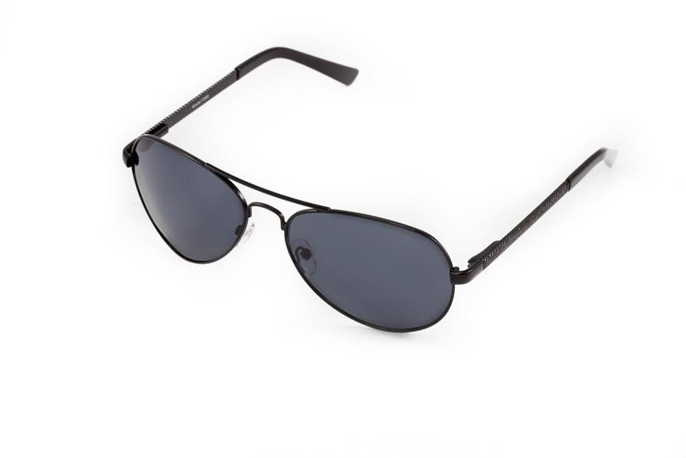 Очки солнцезащитные Mitya Veselkov, цвет: черный. MSK-1302MSK-1302Стильные солнцезащитные очки Mitya Veselkov выполнены из металла и высококачественного пластика. Линзы очков обладают поляризационным покрытием, которое обеспечивает зрительный комфорт. Используемый пластик не искажает изображение, не подвержен нагреванию и вредному воздействию солнечных лучей. Оправа очков легкая, прилегающей формы, дополнена носоупорами и поэтому обеспечивает максимальный комфорт. Такие очки защитят глаза от ультрафиолетовых лучей, подчеркнут вашу индивидуальность и сделают ваш образ завершенным.