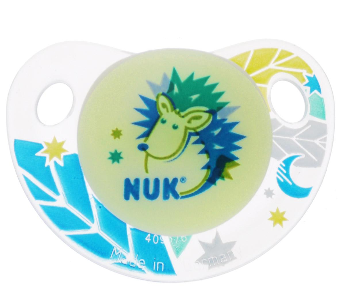 NUK Пустышка силиконовая ортодонтическая Ежик от 18 до 36 месяцев10739039_салатовый, ежикОртодонтическая пустышка NUK Ежик обеспечивает формирование правильного прикуса и челюстно-лицевого аппарата в целом. Силиконовая пустышка имитирует форму соска материнской груди в момент кормления и тренирует губы, мышцы, язык и челюсти. Имеет клапанную систему Nuk Air System - воздух выходит через специальное отверстие, благодаря чему пустышка остается мягкой и сохраняет свою форму, что предотвращает деформацию полости рта ребенка. Загубник пустышки анатомической формы полностью прилегает к лицу ребенка и оснащен специальными вентиляционными отверстиями. Специальный держатель в виде пуговки для быстрого выдергивания соски.